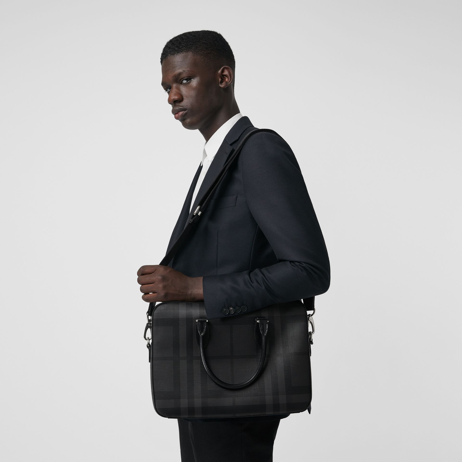 Sac The Barrow fin avec motif London check (Anthracite/noir) - Homme | Burberry Canada - photo de la galerie 3