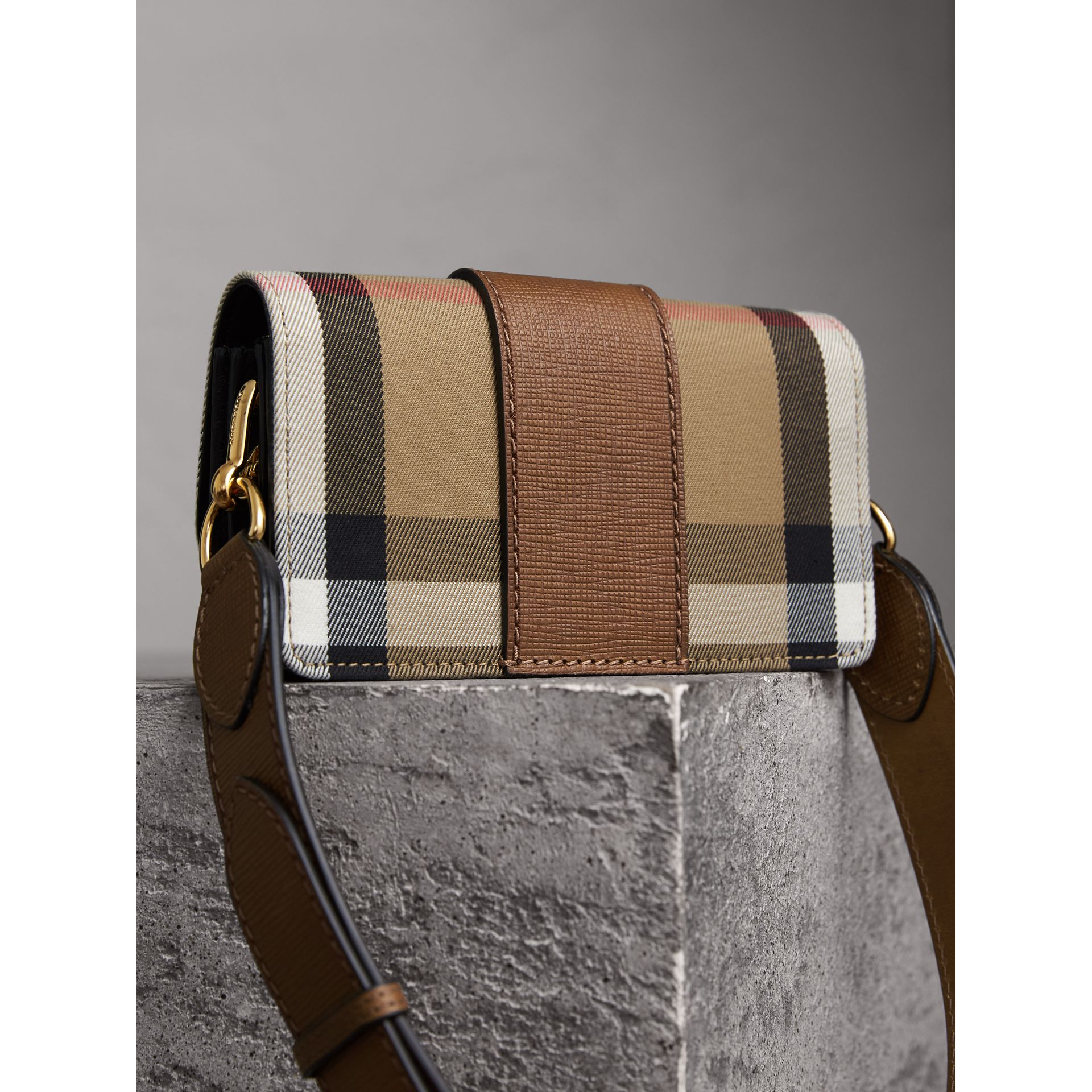 Borsa The Buckle piccola con motivo House check e pelle (Marroncino) - Donna | Burberry - immagine della galleria 4