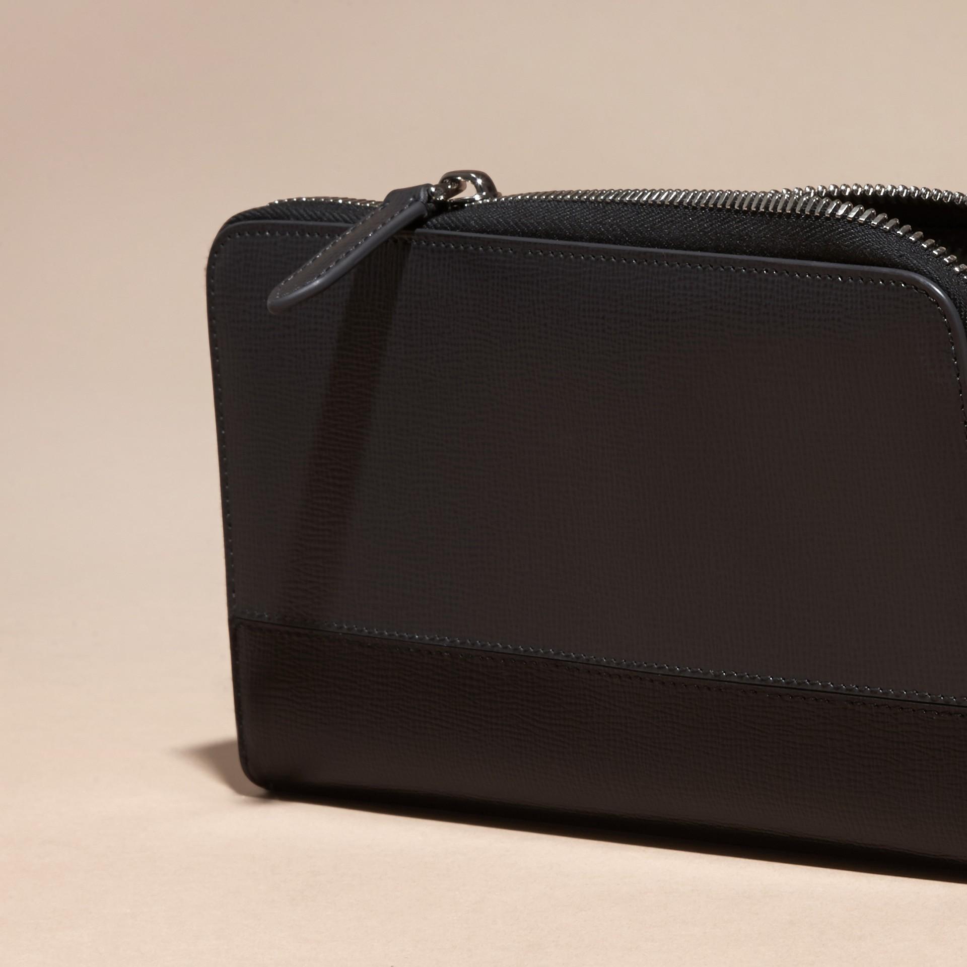 炭灰色/黑色 拼色 London 皮革環繞式拉鍊皮夾 炭灰色/黑色 - 圖庫照片 2