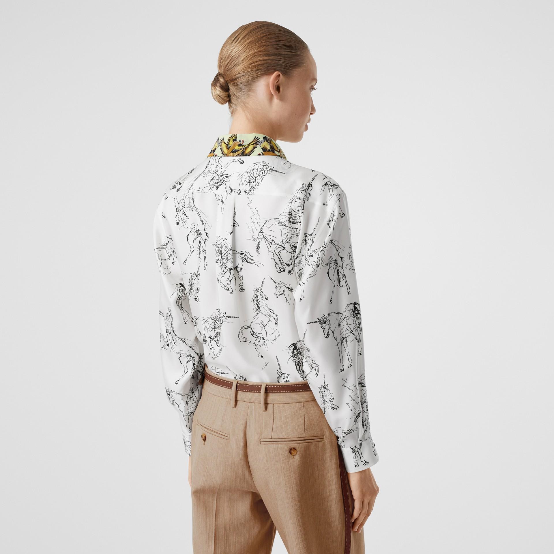 Camisa en sarga de seda con estampado de gorilas y unicornios (Blanco / Negro) - Mujer | Burberry - imagen de la galería 2