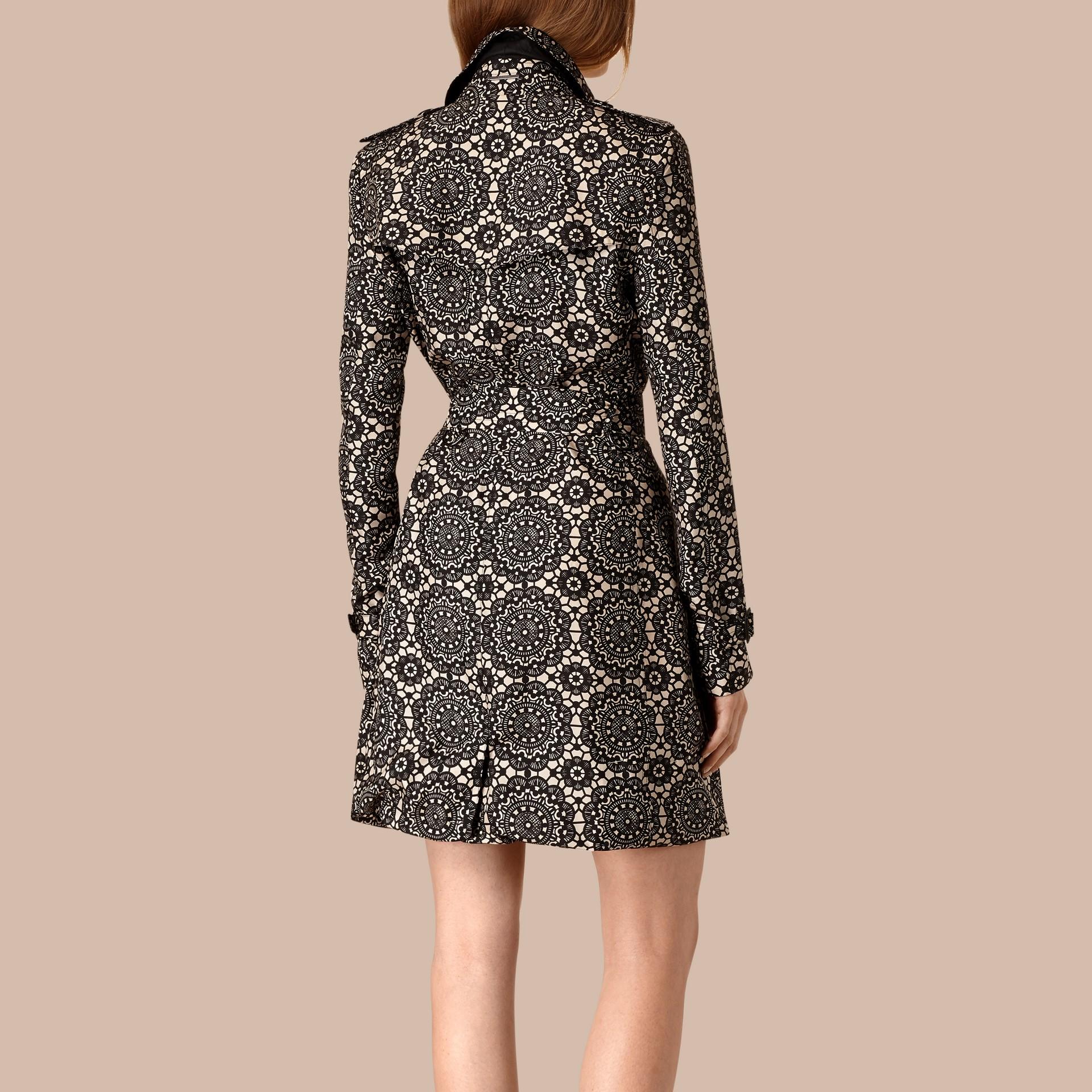 Areia/preto Trench coat de seda sem forro com estampa de renda - galeria de imagens 2