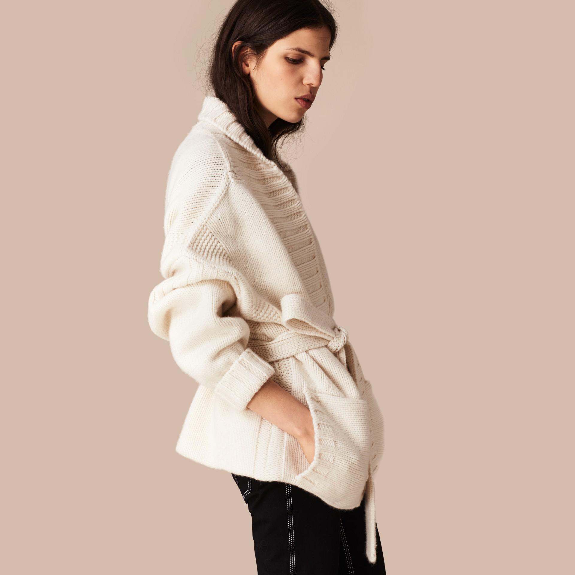 Bianco Cardigan in cashmere lavorato a maglia con cintura - immagine della galleria 1