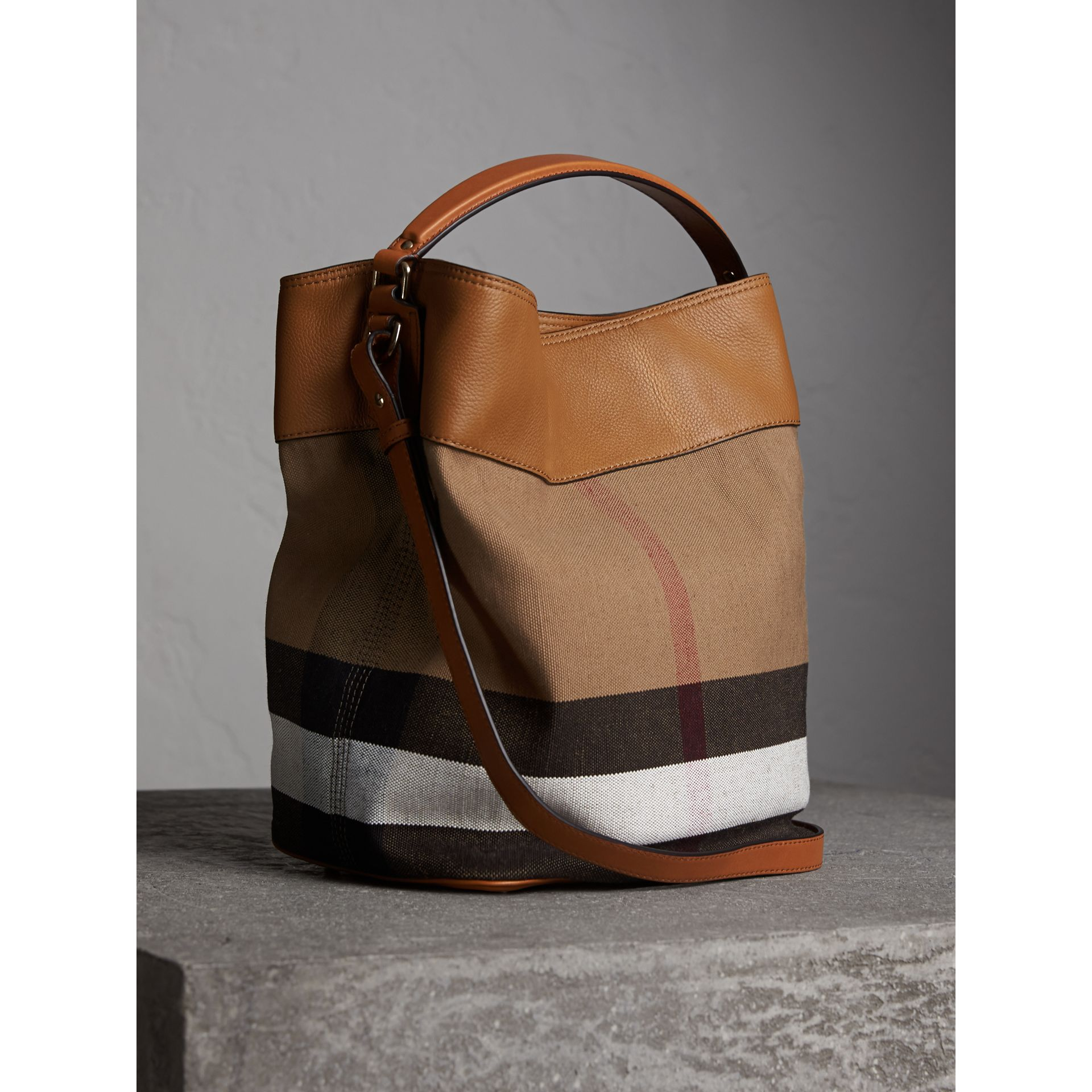 Sac The Ashby medium à motif Canvas check avec cuir (Marron Cigare) - Femme | Burberry - photo de la galerie 5