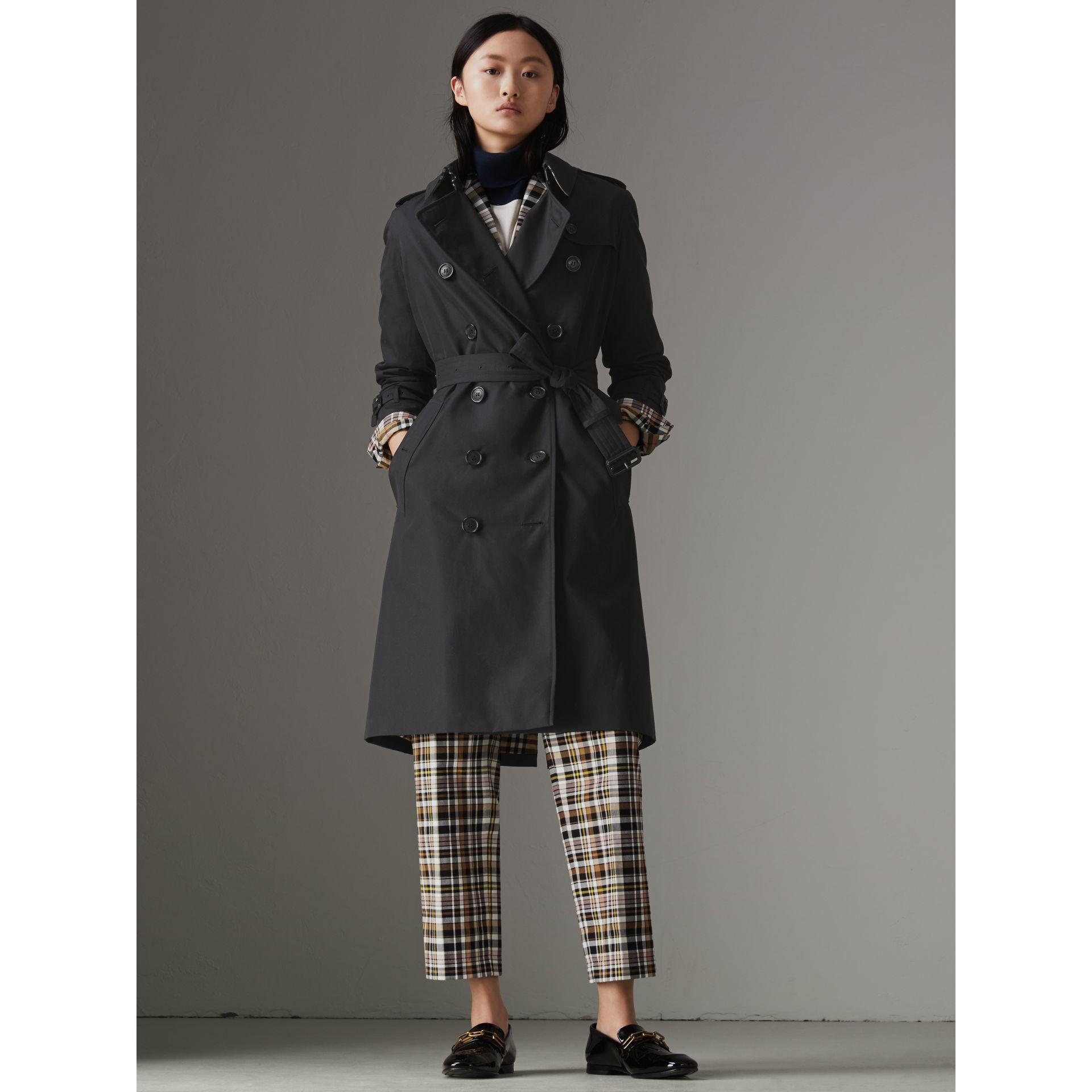 The Long Kensington Heritage Trench Coat in Midnight - Women | Burberry United Kingdom - gallery image 6