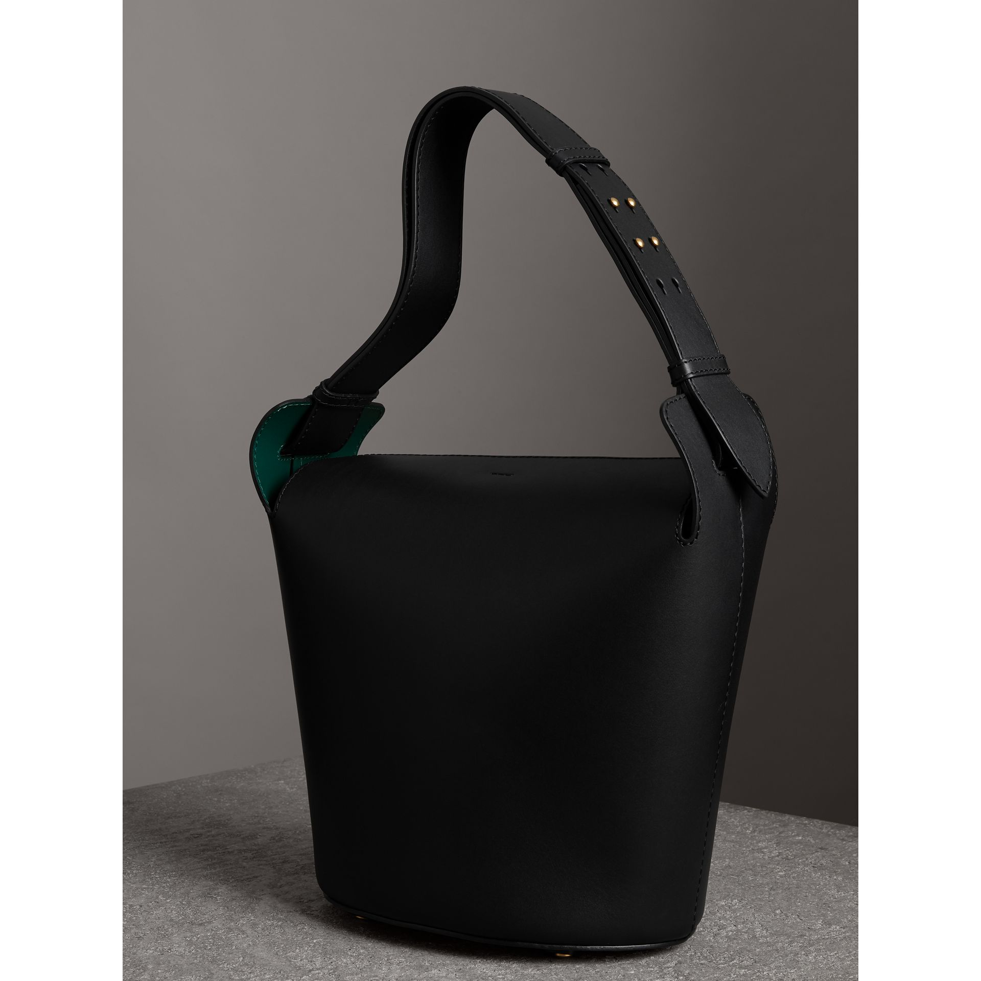 Sac The Bucket moyen en cuir (Noir) - Femme | Burberry Canada - photo de la galerie 4