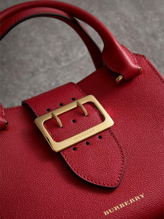 Bolsa tote Buckle de couro granulado - Pequena (Vermelho Paixão) - Mulheres | Burberry - cell image 1