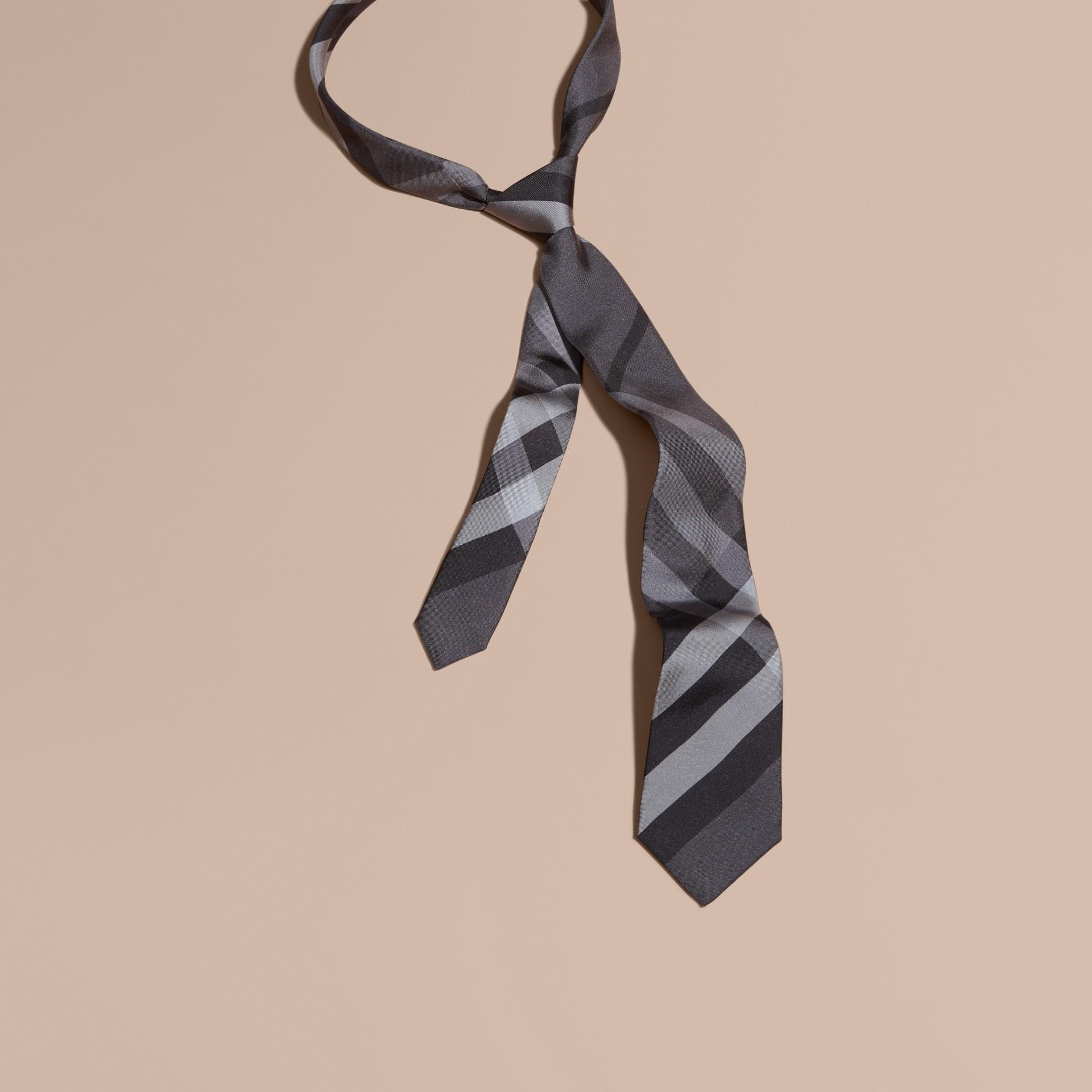 Nero fumo scuro Cravatta dal taglio moderno in seta con motivo Beat check - immagine della galleria 1