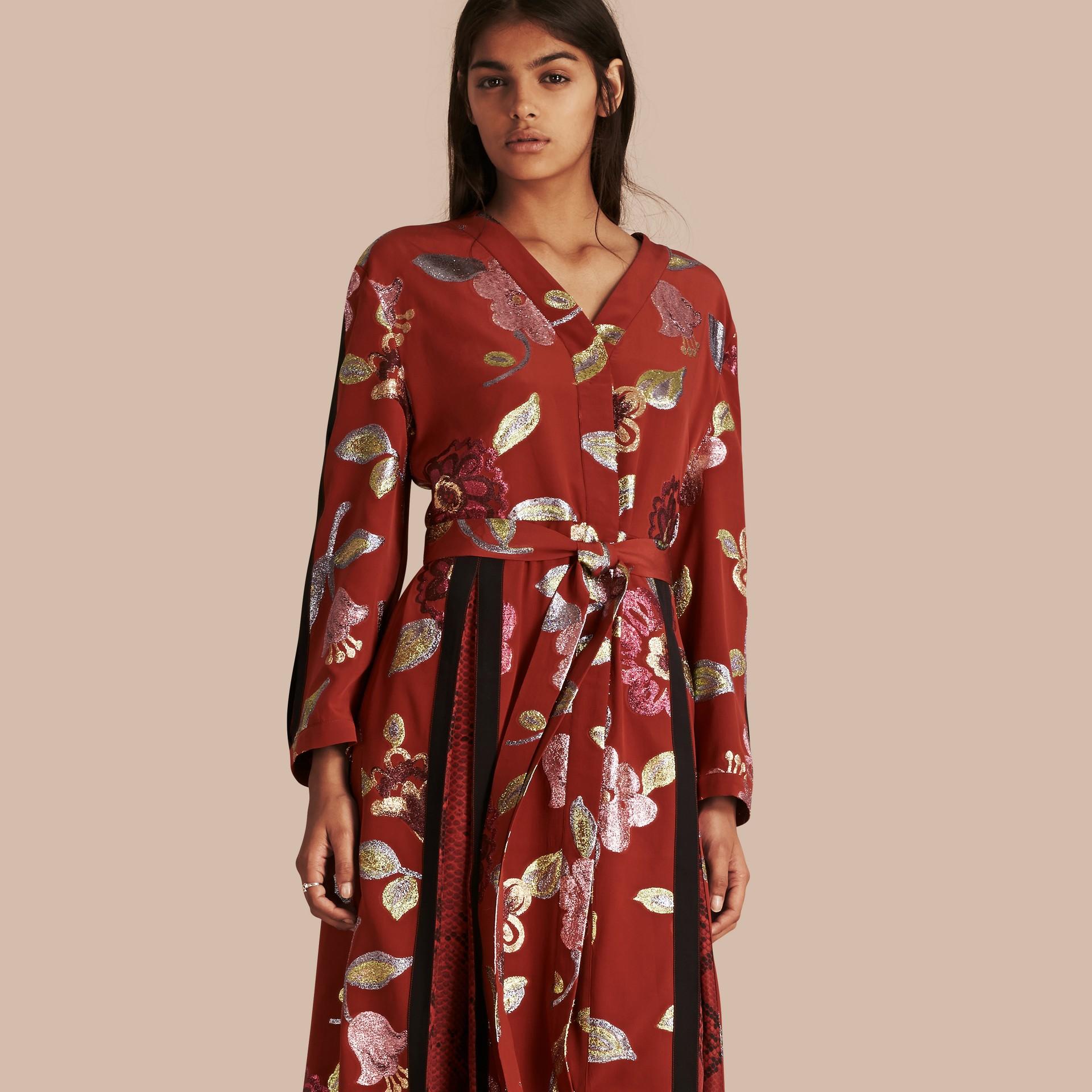 Terre de sienne brûlée Robe de soirée portefeuille en soie avec ornements en fil coupé à motif floral - photo de la galerie 6