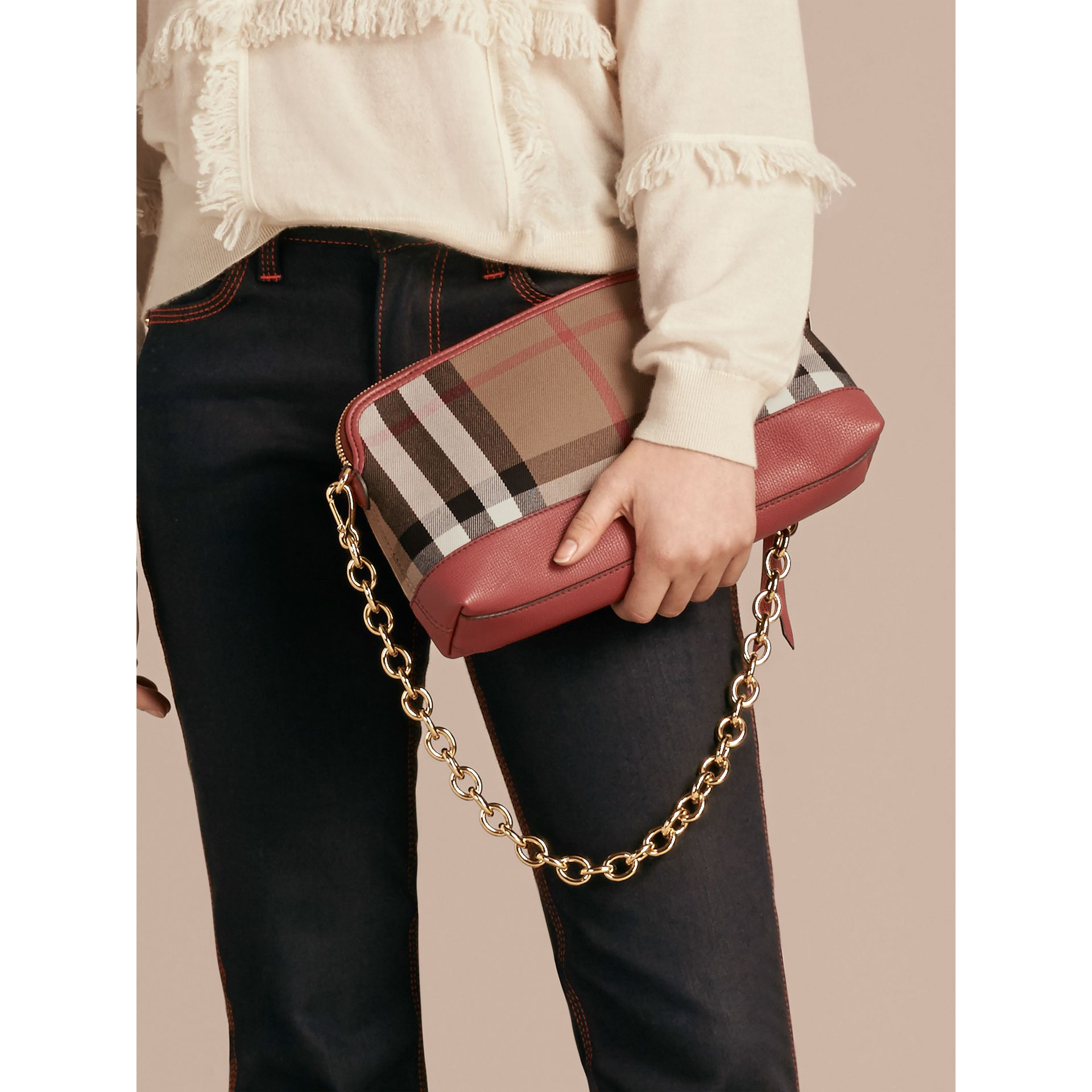 Clutch en coton House check et cuir (Rouge Feuille Morte) - Femme | Burberry - photo de la galerie 3