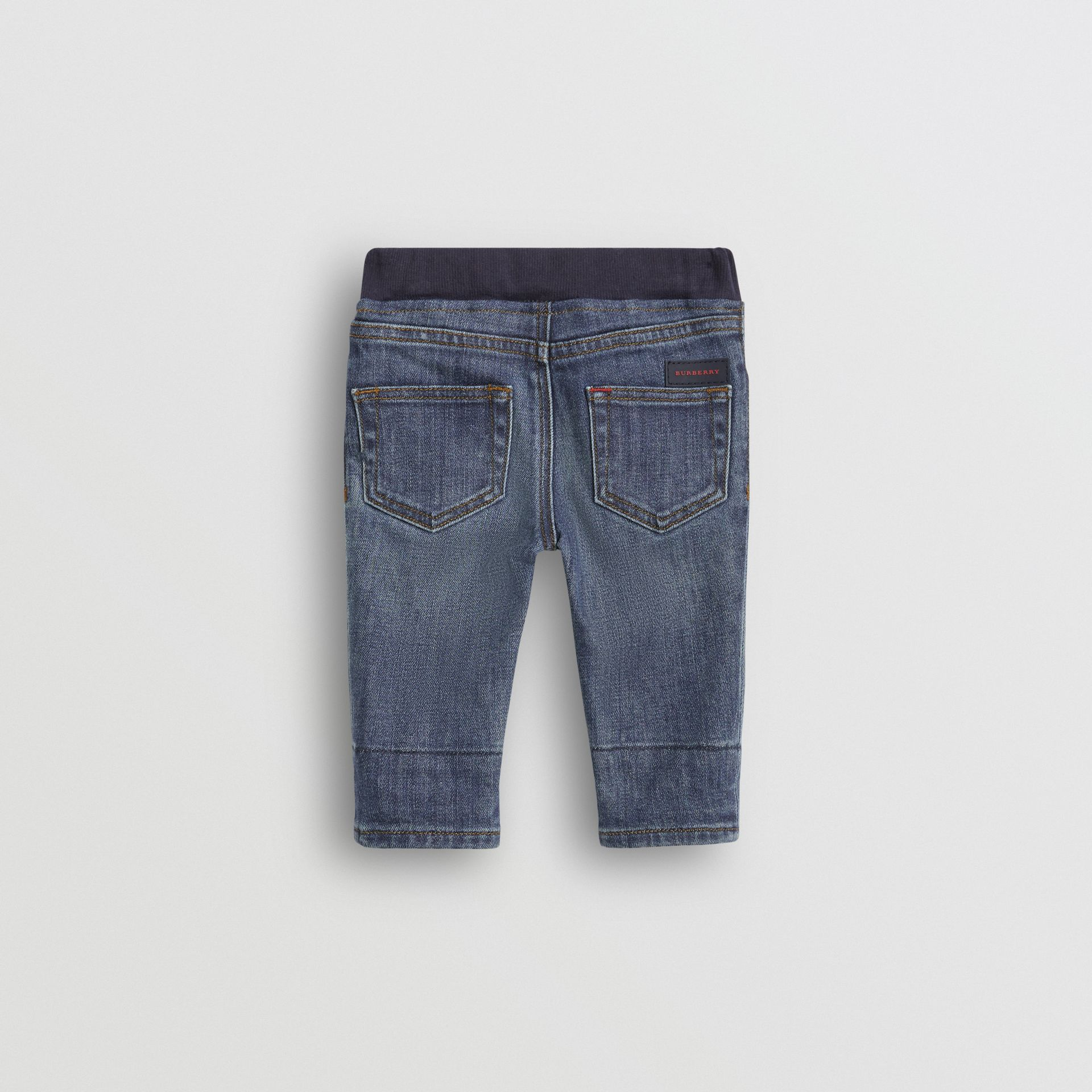 Jean casual en denim stretch (Indigo Moyen) - Enfant | Burberry - photo de la galerie 4