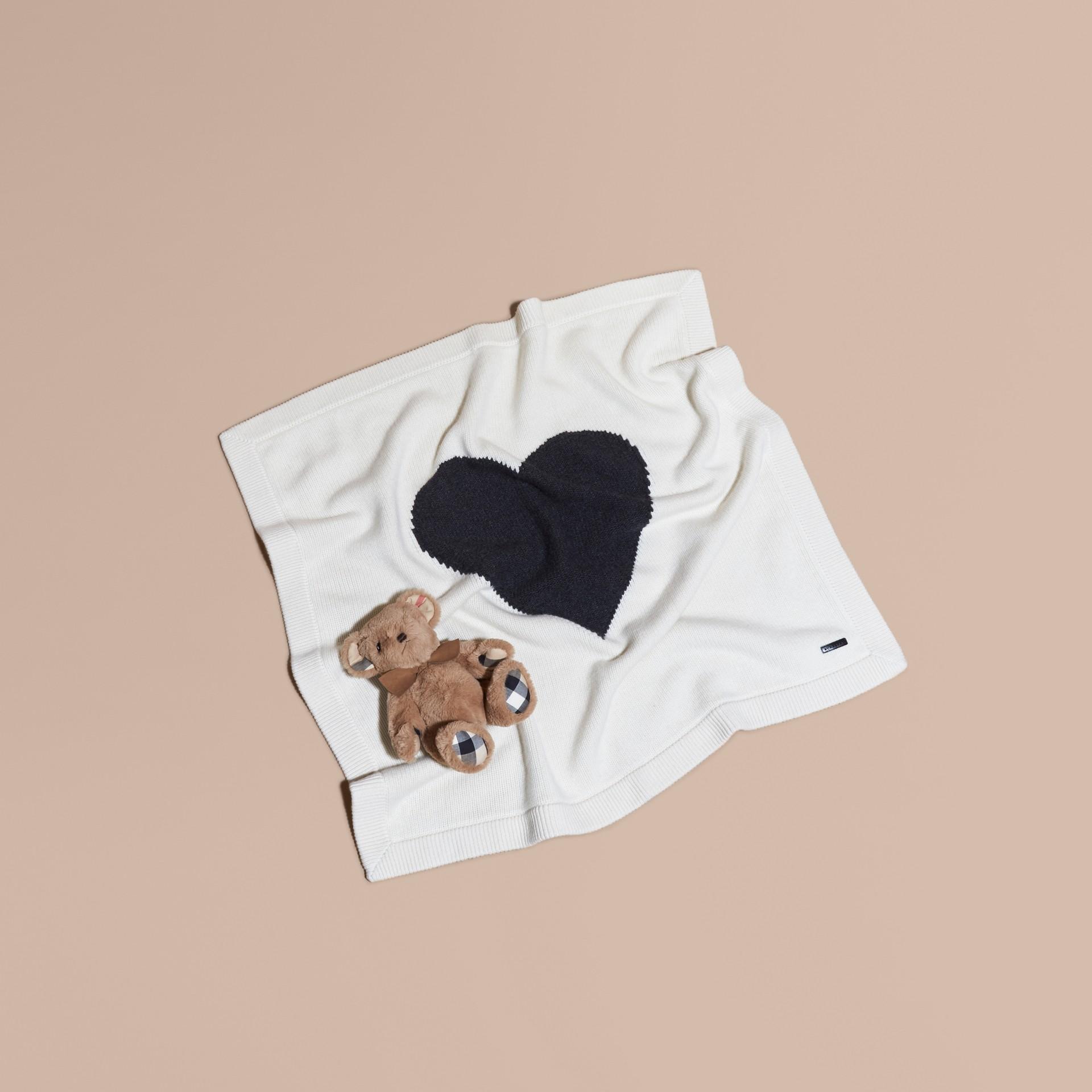 Bianco naturale Coperta per neonato in cashmere con cuore a intarsio - immagine della galleria 1