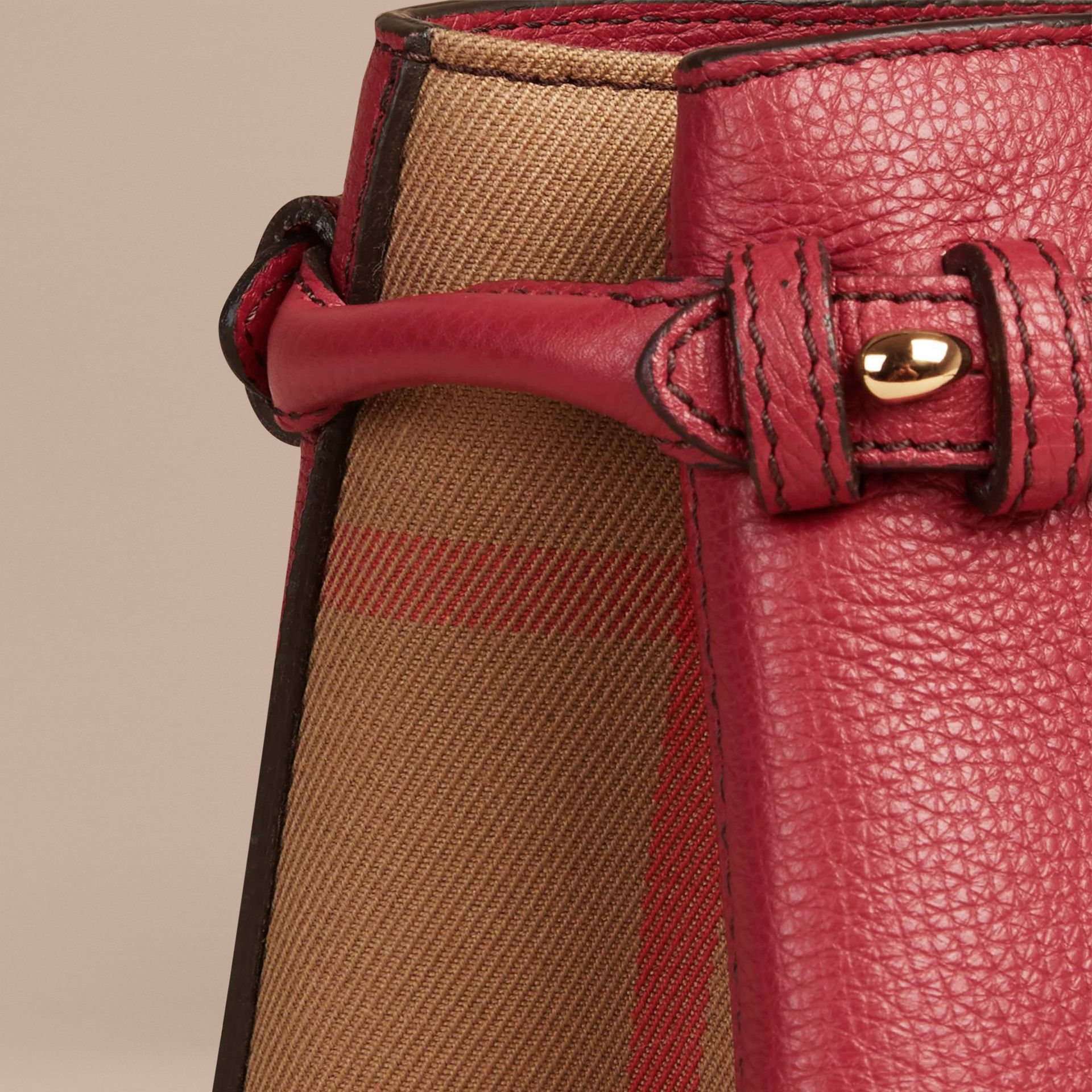 The Baby Banner en cuir et coton House check (Rouge Feuille Morte) - Femme | Burberry - photo de la galerie 6