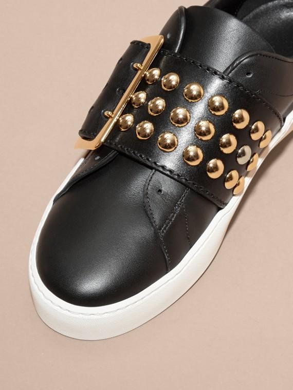 Noir Sneakers en cuir avec détails cloutés et boucle surdimensionnée - cell image 2