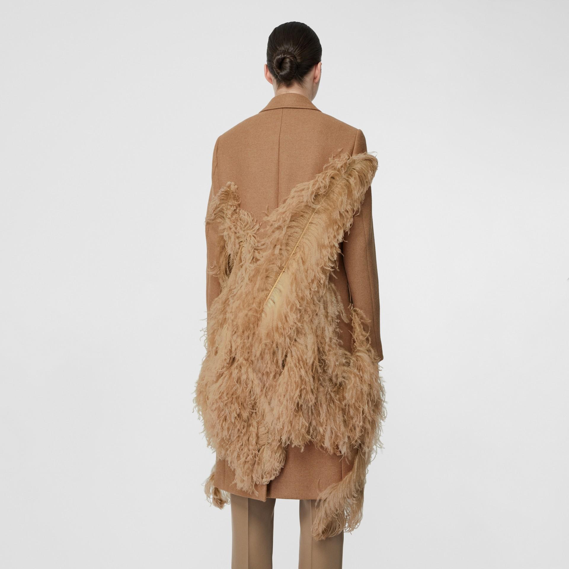 Abrigo de vestir en pelo de camello con detalle de plumas (Cámel) - Mujer | Burberry - imagen de la galería 2