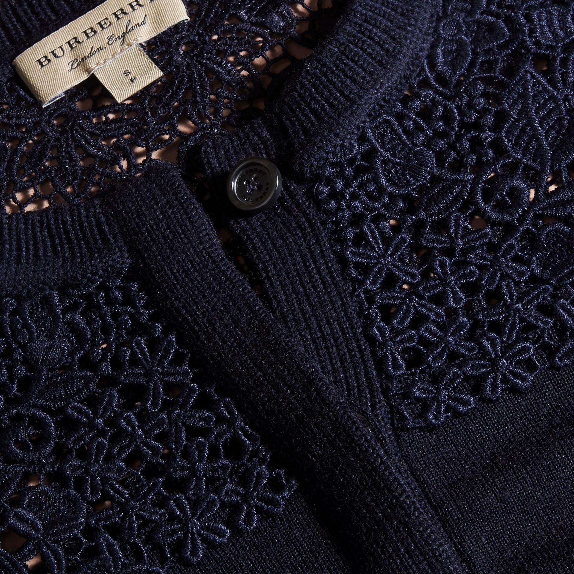 Marine Cardigan en laine mérinos avec empiècement en dentelle Marine - photo de la galerie 2