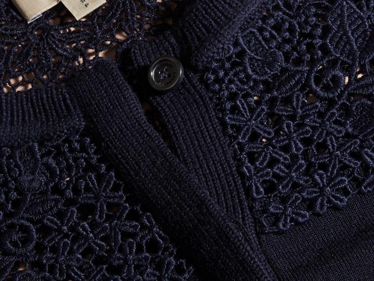Marine Cardigan en laine mérinos avec empiècement en dentelle Marine - cell image 1