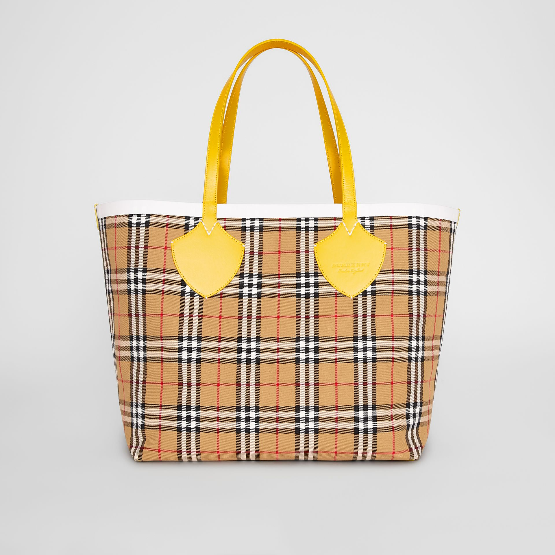 The Giant Reversible Tote in Vintage Check in Yellow/chalk White - Women | Burberry United States - gallery image 9