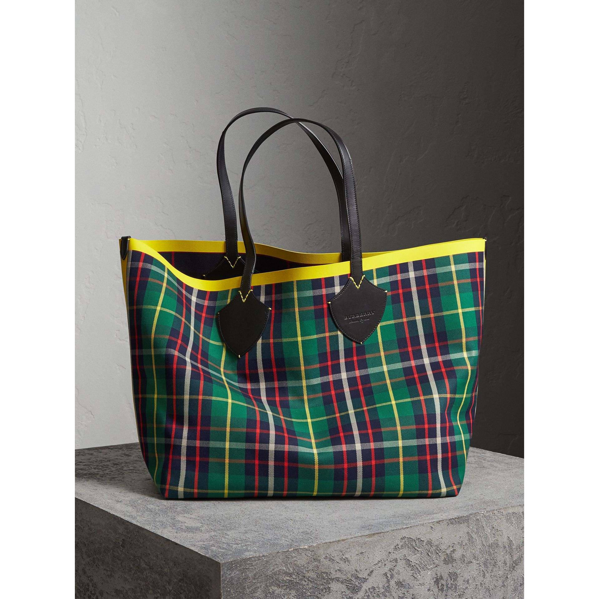 The Giant Reversible Tote in Tartan Cotton in Forest Green/deep Navy | Burberry - gallery image 1