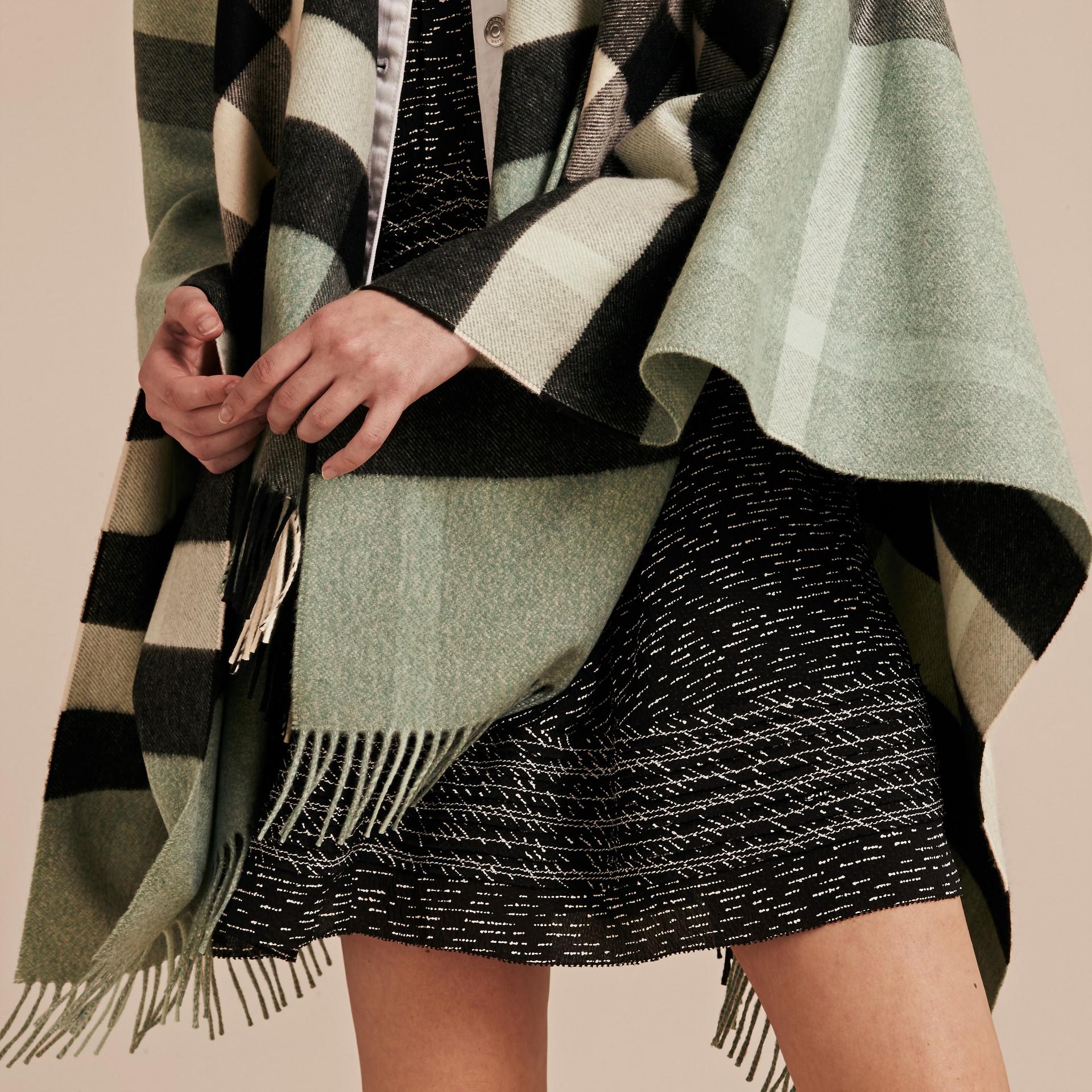 Menthe cendrée Poncho en cachemire et laine à motif check Menthe Cendrée - photo de la galerie 5