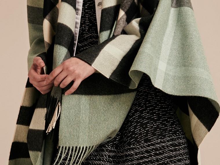 Menthe cendrée Poncho en cachemire et laine à motif check Menthe Cendrée - cell image 4