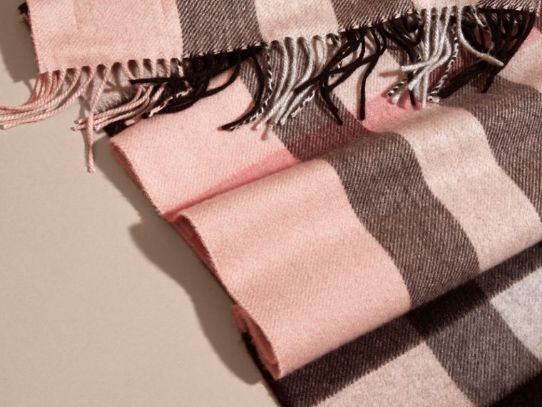 The Large Classic Cashmere Scarf in Check Rose - cell image 4