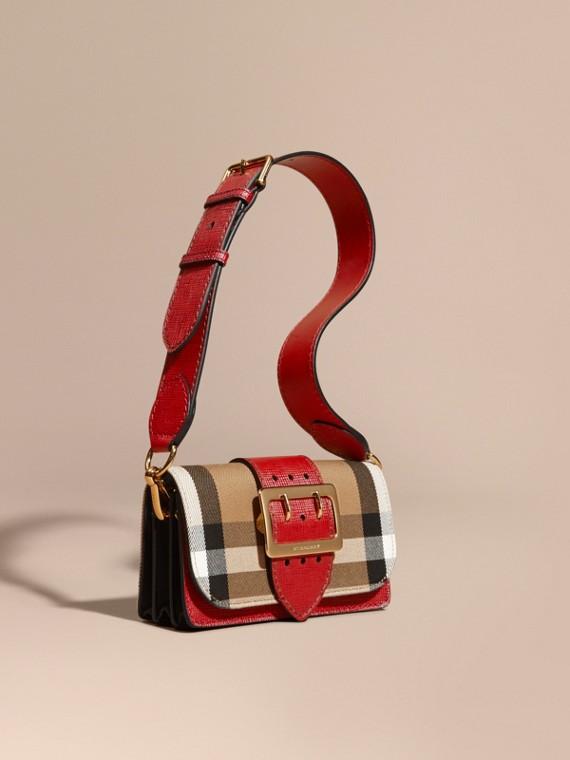 The Small Buckle Bag aus House Check-Gewebe und Leder Militärrot/militärrot