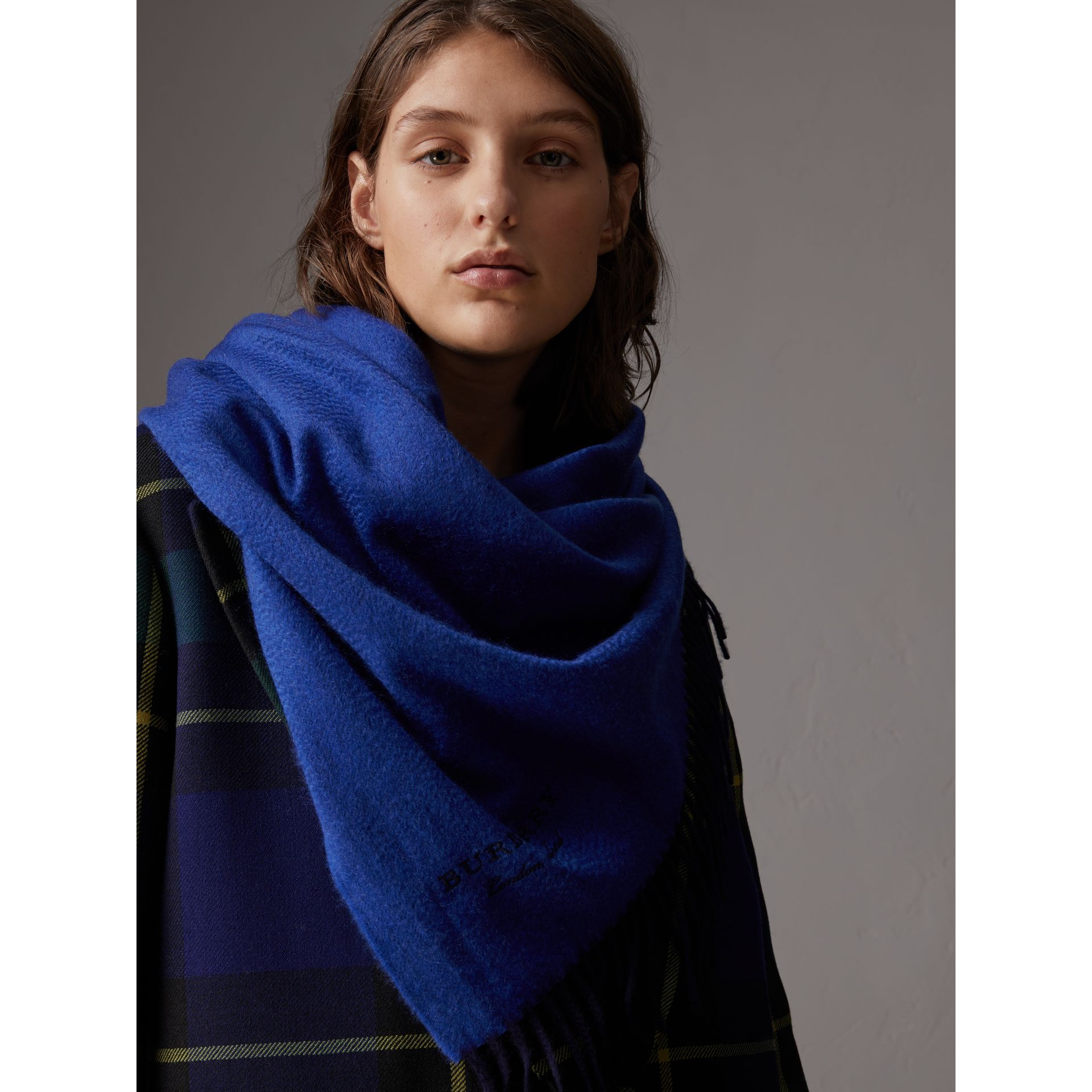 The Burberry Bandana in Cashmere in Navy/sapphire | Burberry - gallery image 6