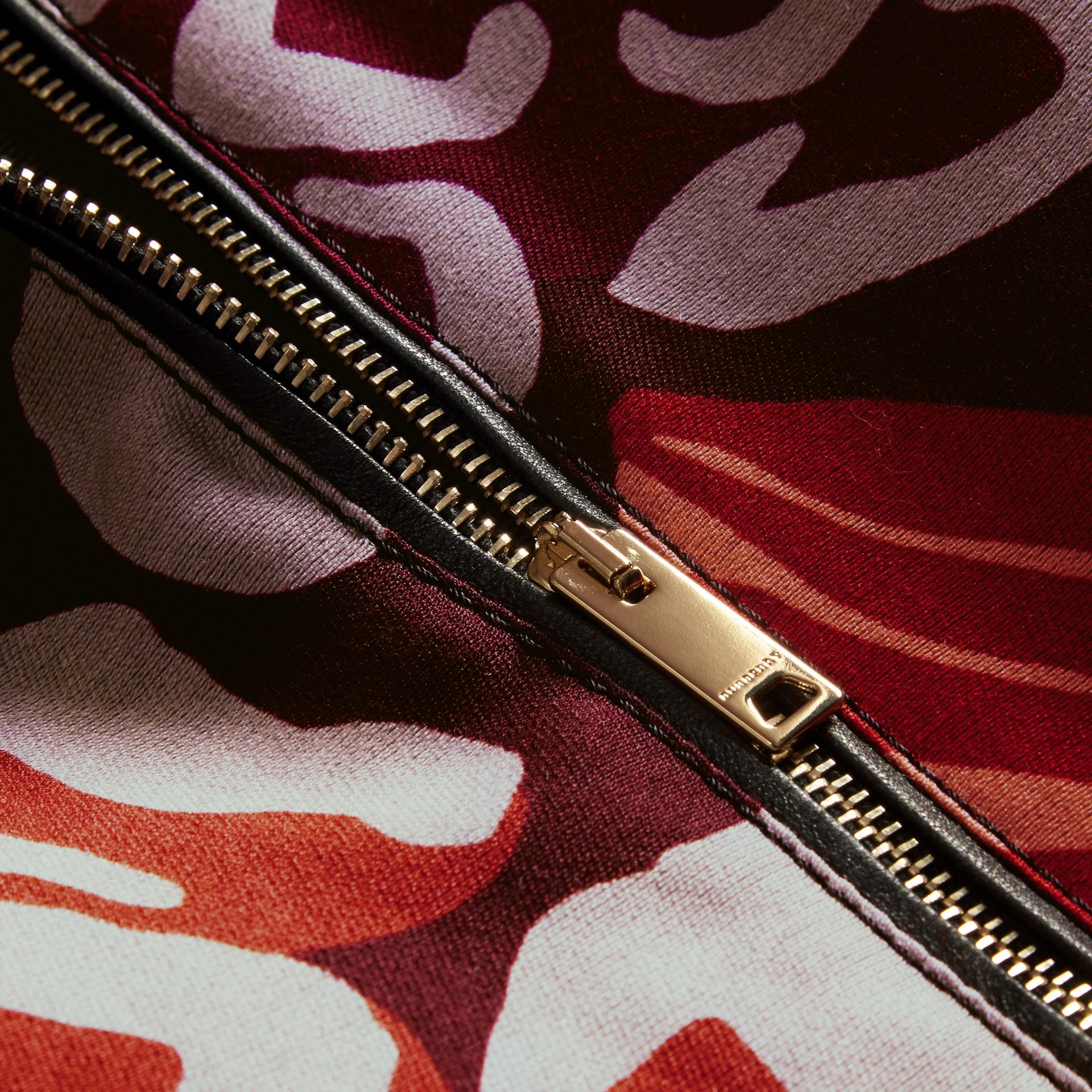 Bourgogne intense Robe trapèze en coton et laine mélangés à imprimé floral - photo de la galerie 2