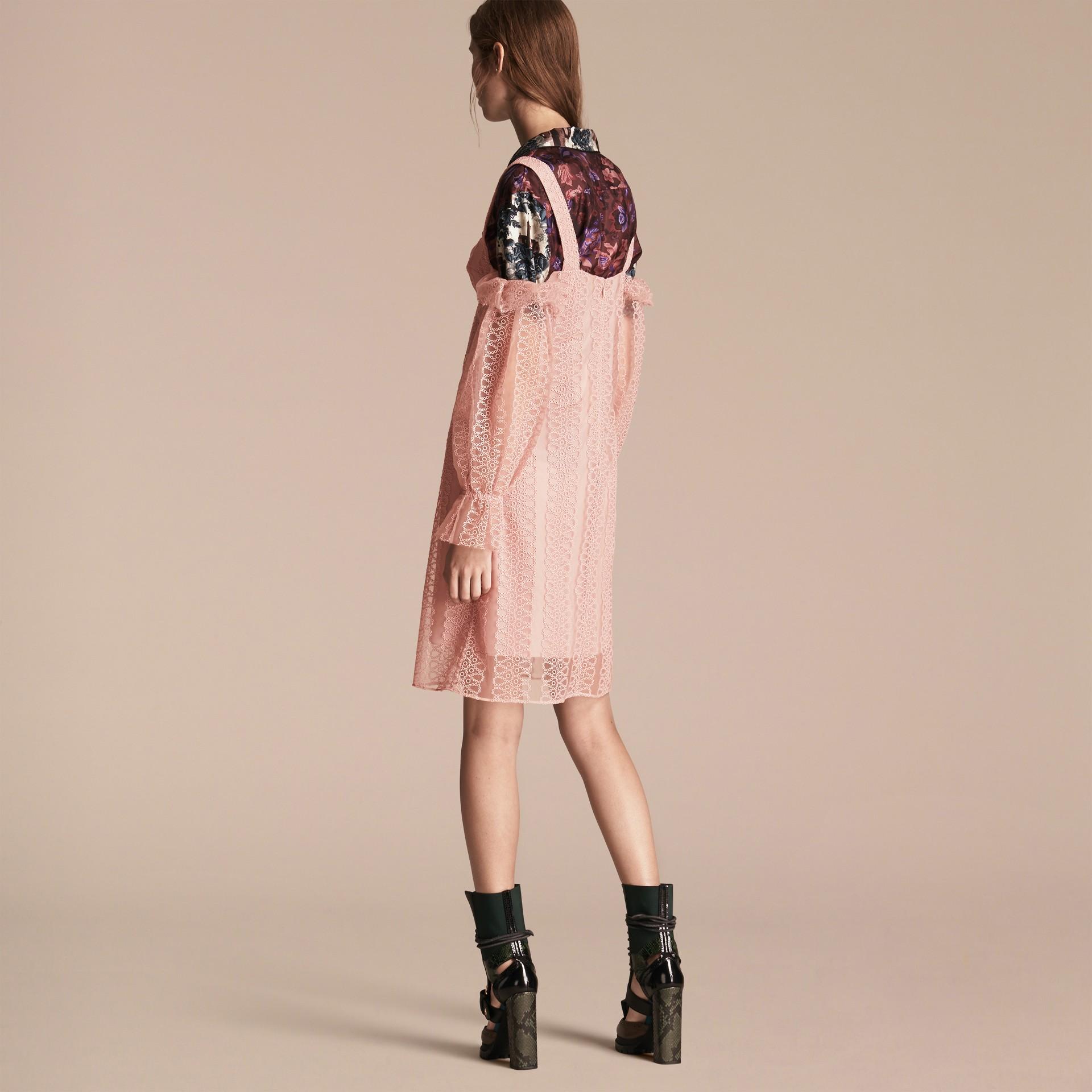 Helles rosenrosa Schulterfreies Kleid im Korsettstil aus Tüll mit Stickerei - Galerie-Bild 3