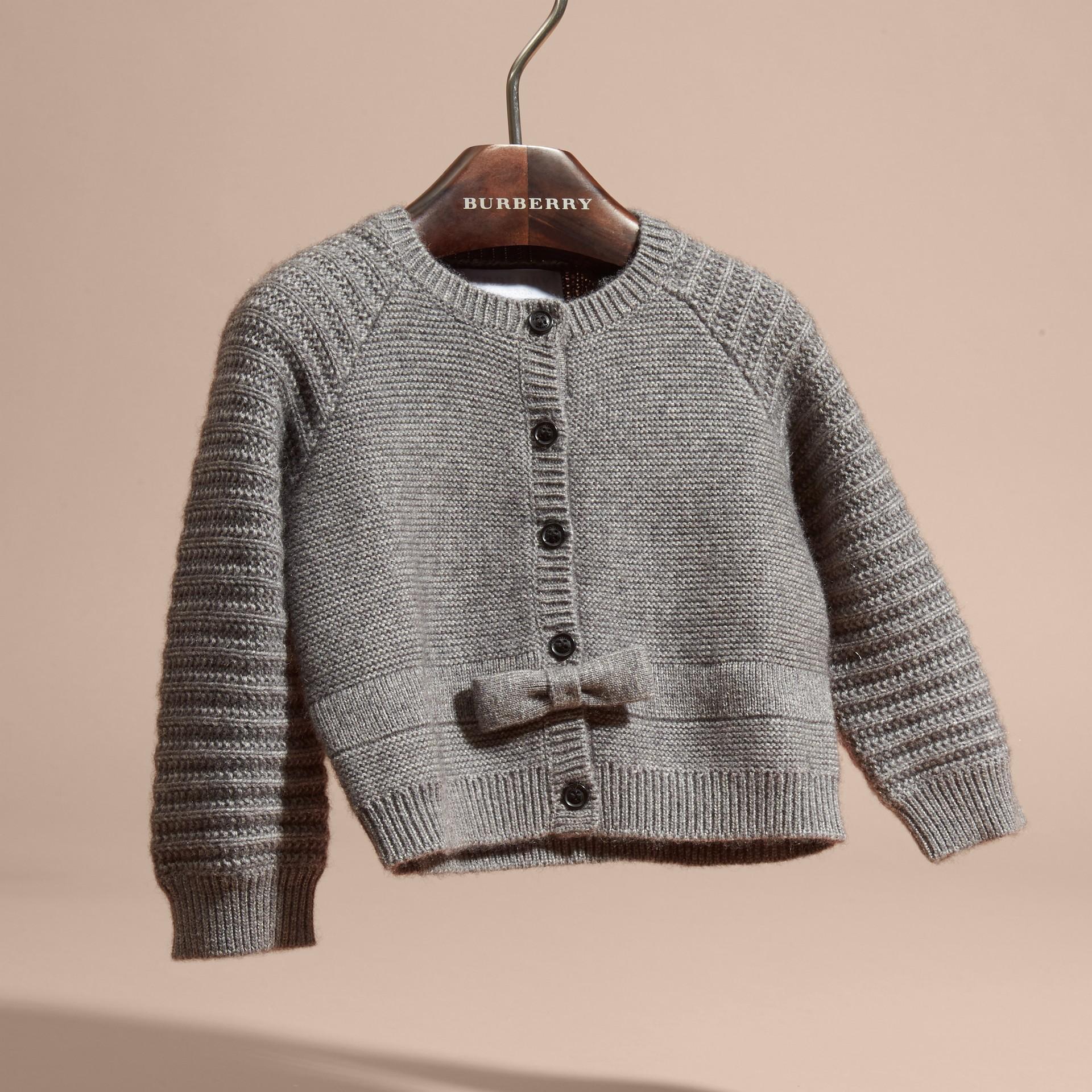 Camaïeu de gris moyens Cardigan en coton et cachemire multi-points - photo de la galerie 3