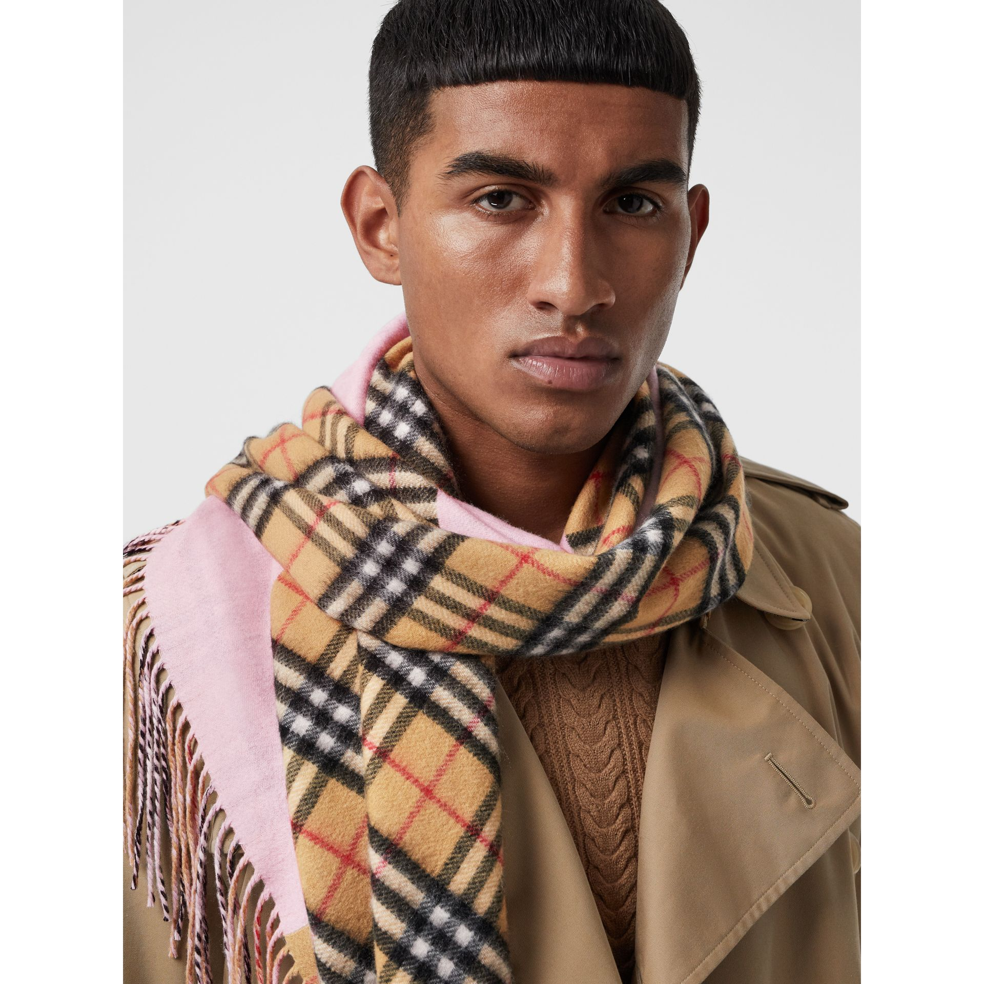 The Burberry Bandana in cashmere con motivo Vintage check (Rosa Pallido) | Burberry - immagine della galleria 6