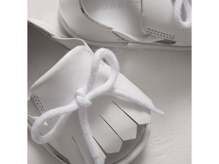 Ledersandalen mit Kiltie-Fransen (Optic-weiss) | Burberry - cell image 1