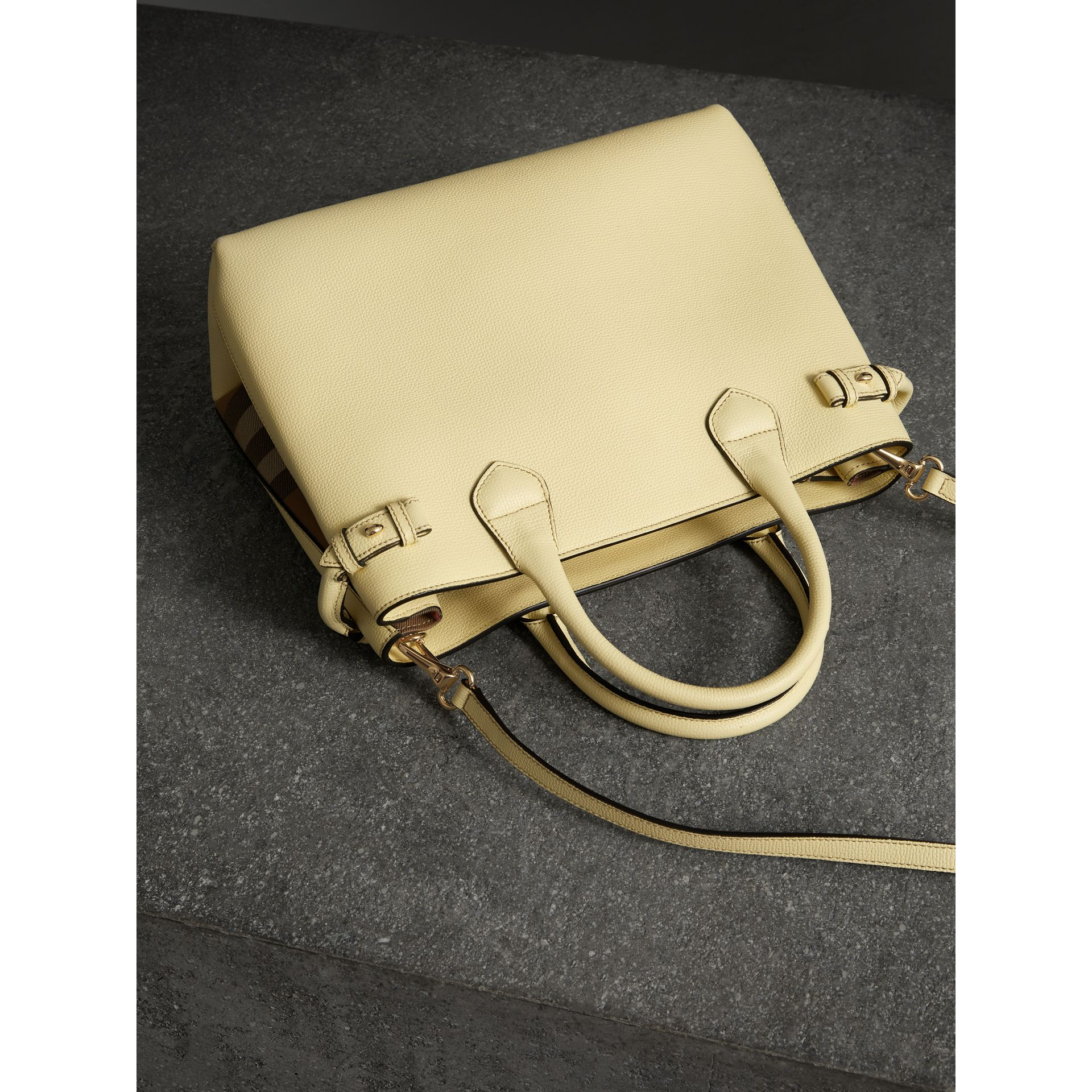 Sac The Banner medium en cuir et coton House check (Jaune Camomille) - Femme | Burberry - photo de la galerie 4