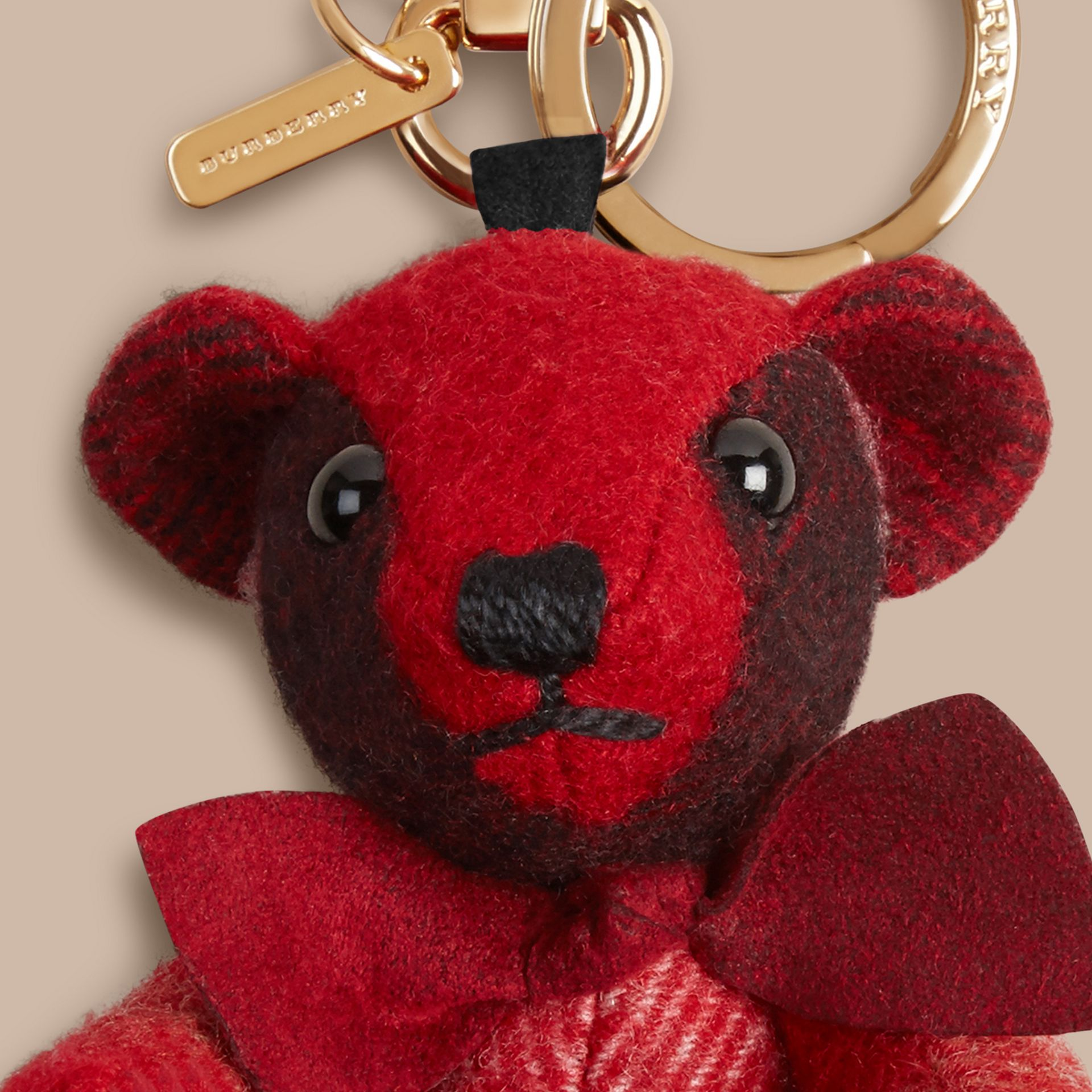 Bijou porte-clés Thomas Bear en cachemire à motif check (Rouge Parade) - photo de la galerie 2
