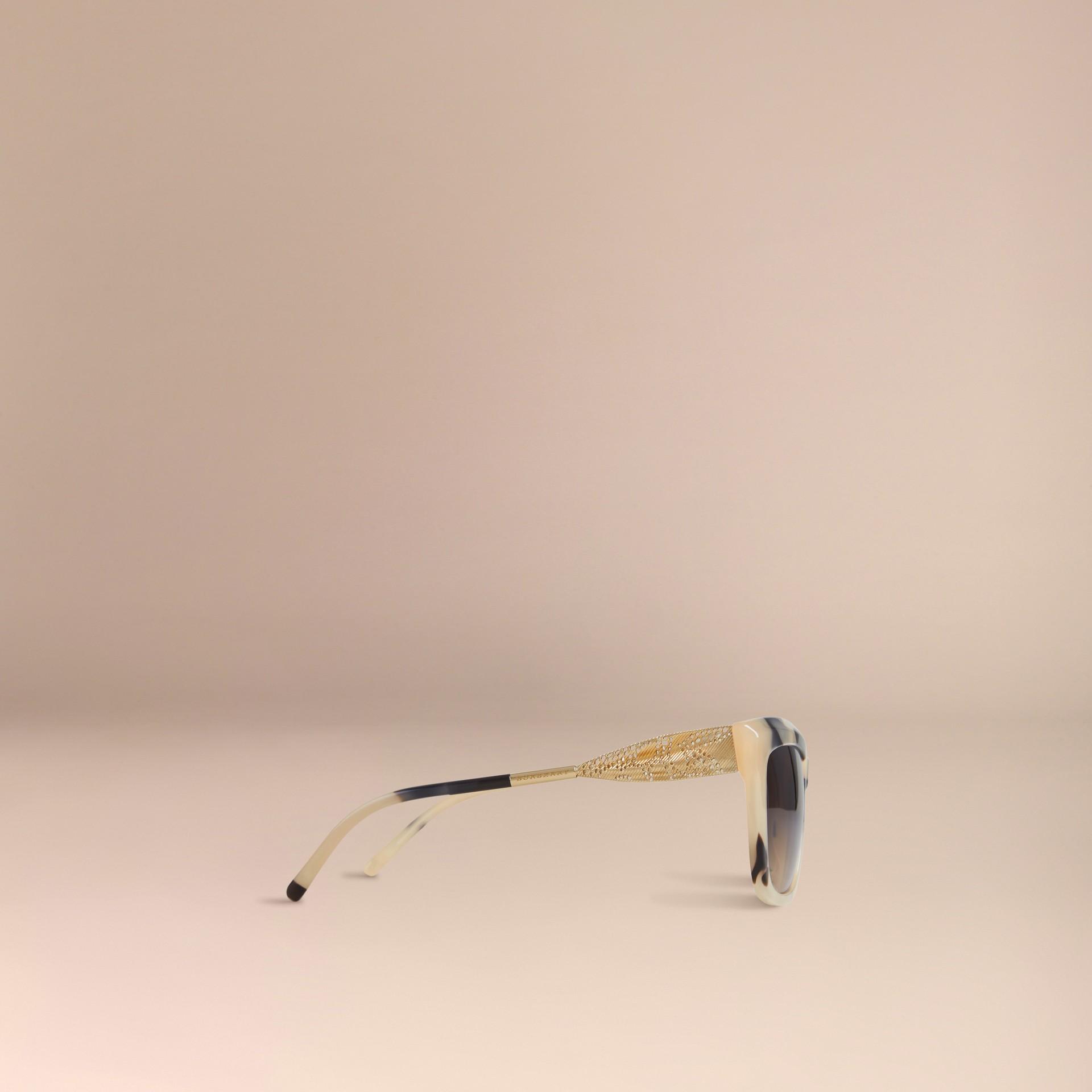Corne demi-teinte Lunettes de soleil à monture carrée – Collection Dentelle de gabardine Corne Demi-teinte - photo de la galerie 5