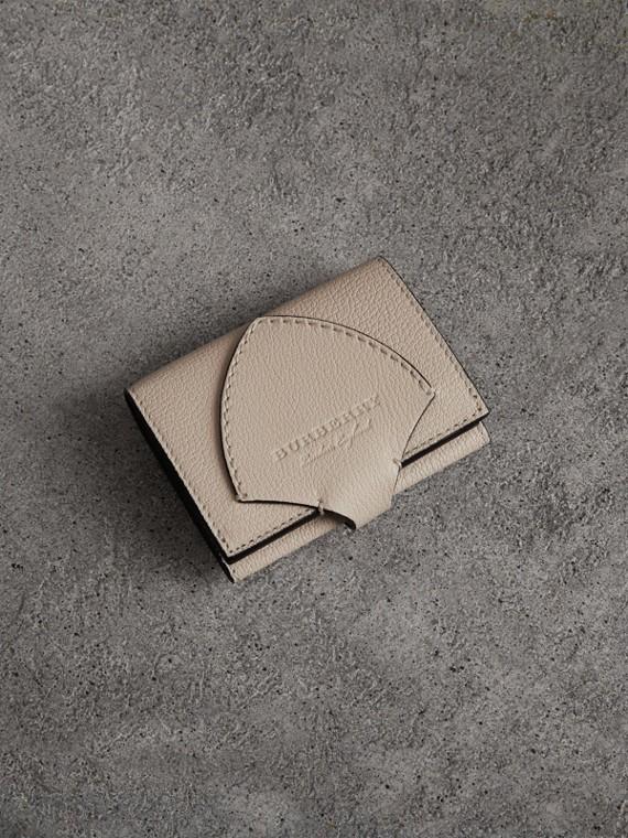 Carteira dobrável de couro em dois tons com detalhe equestre (Areia)