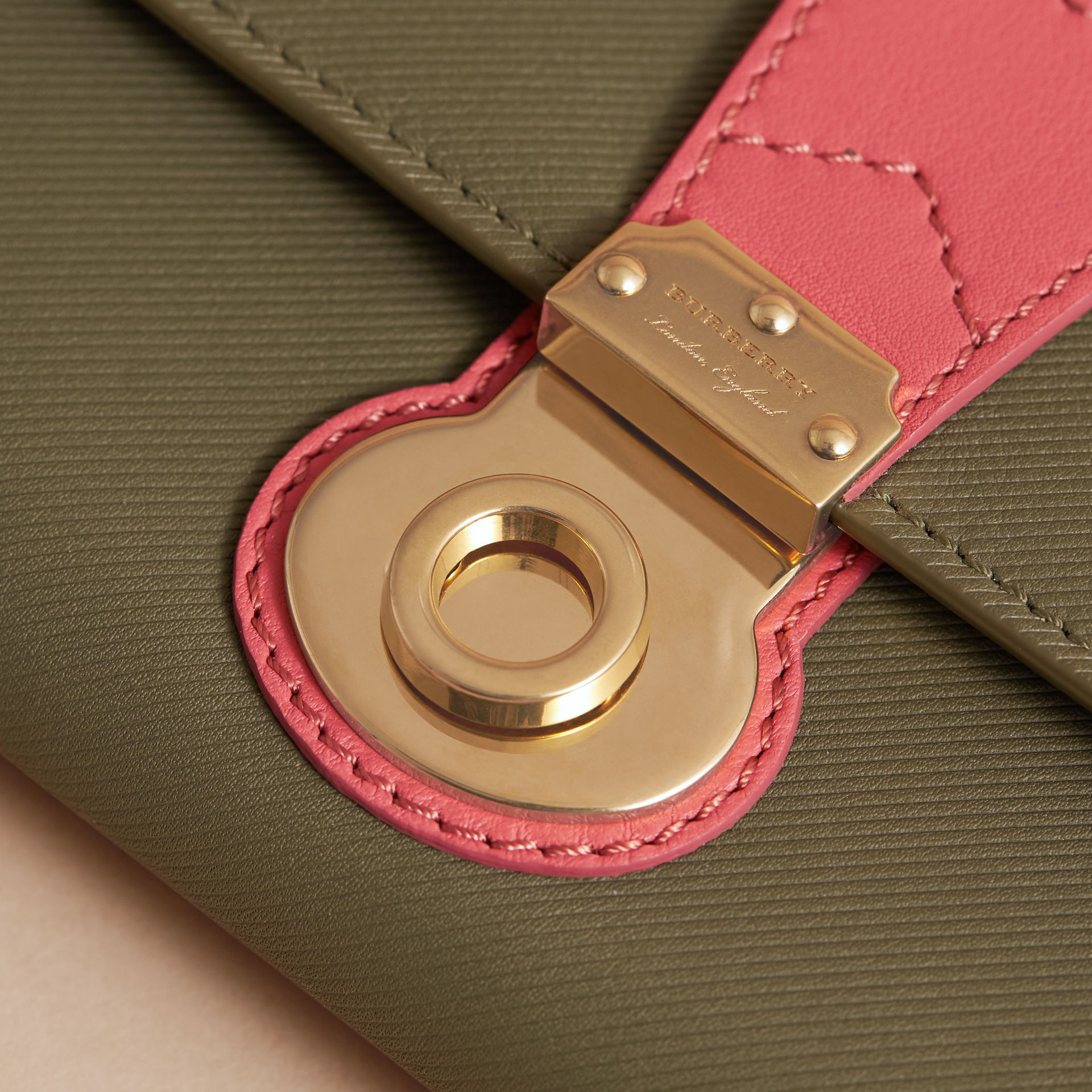 Portefeuille continental en cuir trench bicolore (Vert Mousse/rose Blossom) - Femme | Burberry - photo de la galerie 2