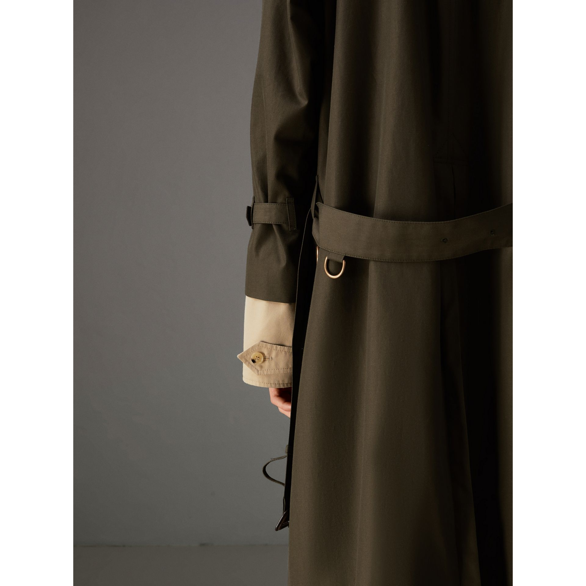 Trench coat in gabardine tropicale (Verde Cachi Scuro) | Burberry - immagine della galleria 4