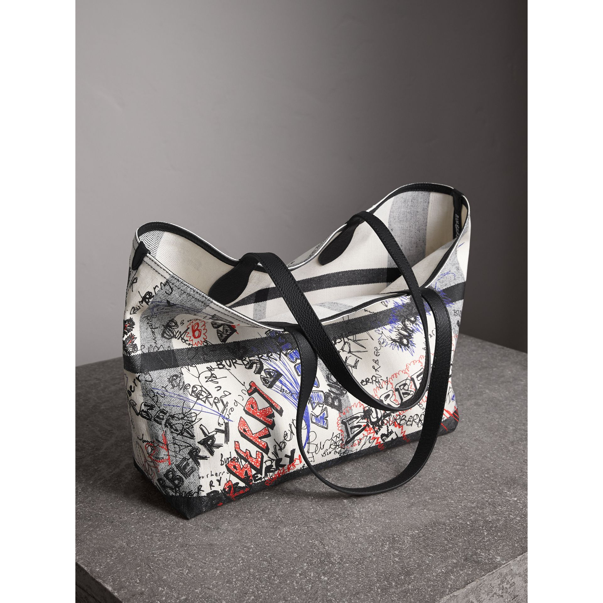 The Medium Doodle Tote in wendbarem Design (Weiss/schwarz) | Burberry - Galerie-Bild 8