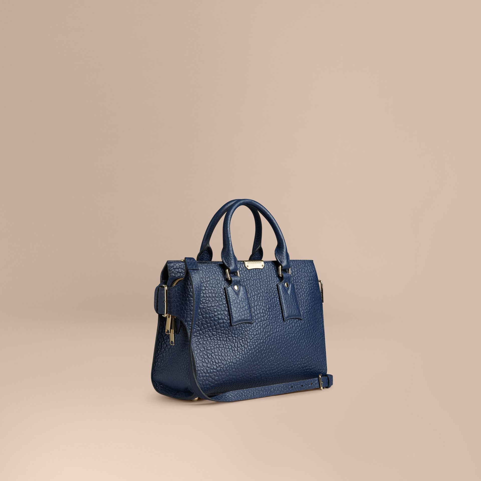 Bleu carbone Sac medium The Clifton en cuir grainé emblématique Bleu Carbone - photo de la galerie 1