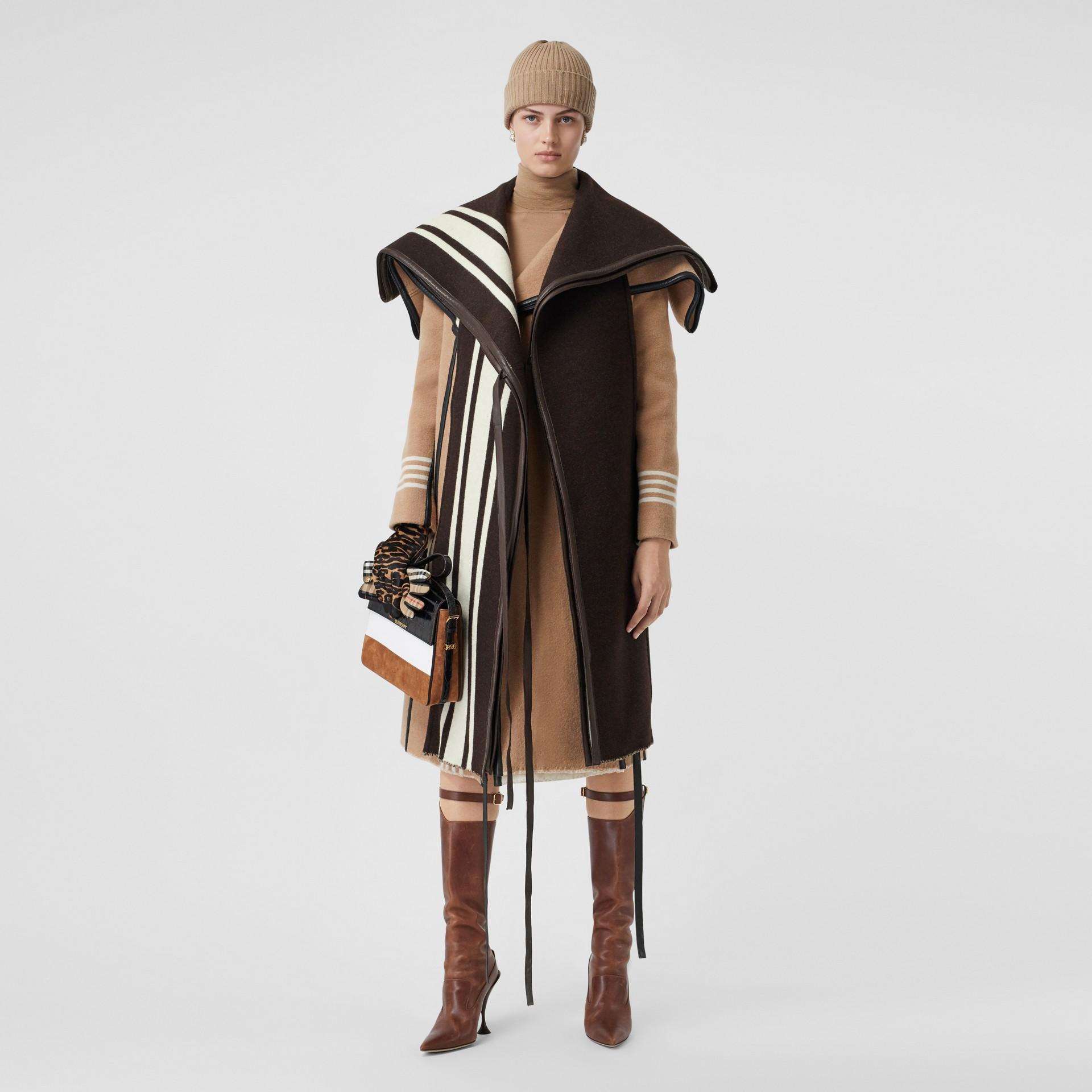 羔羊皮飾帶條紋細節設計羊毛提花披肩 (棕色) - 女款 | Burberry - 圖庫照片 0