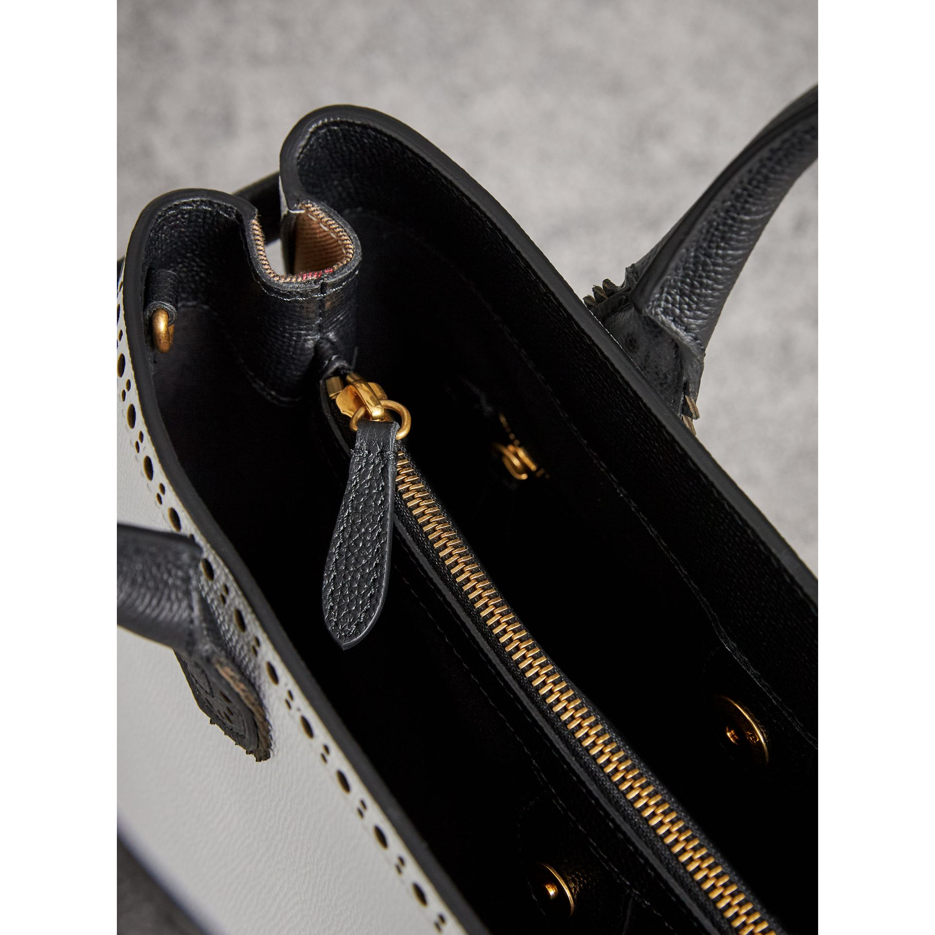 The Medium Banner aus Leder mit Brogue-Detail (Kreideweiss/schwarz) - Damen | Burberry - Galerie-Bild 5
