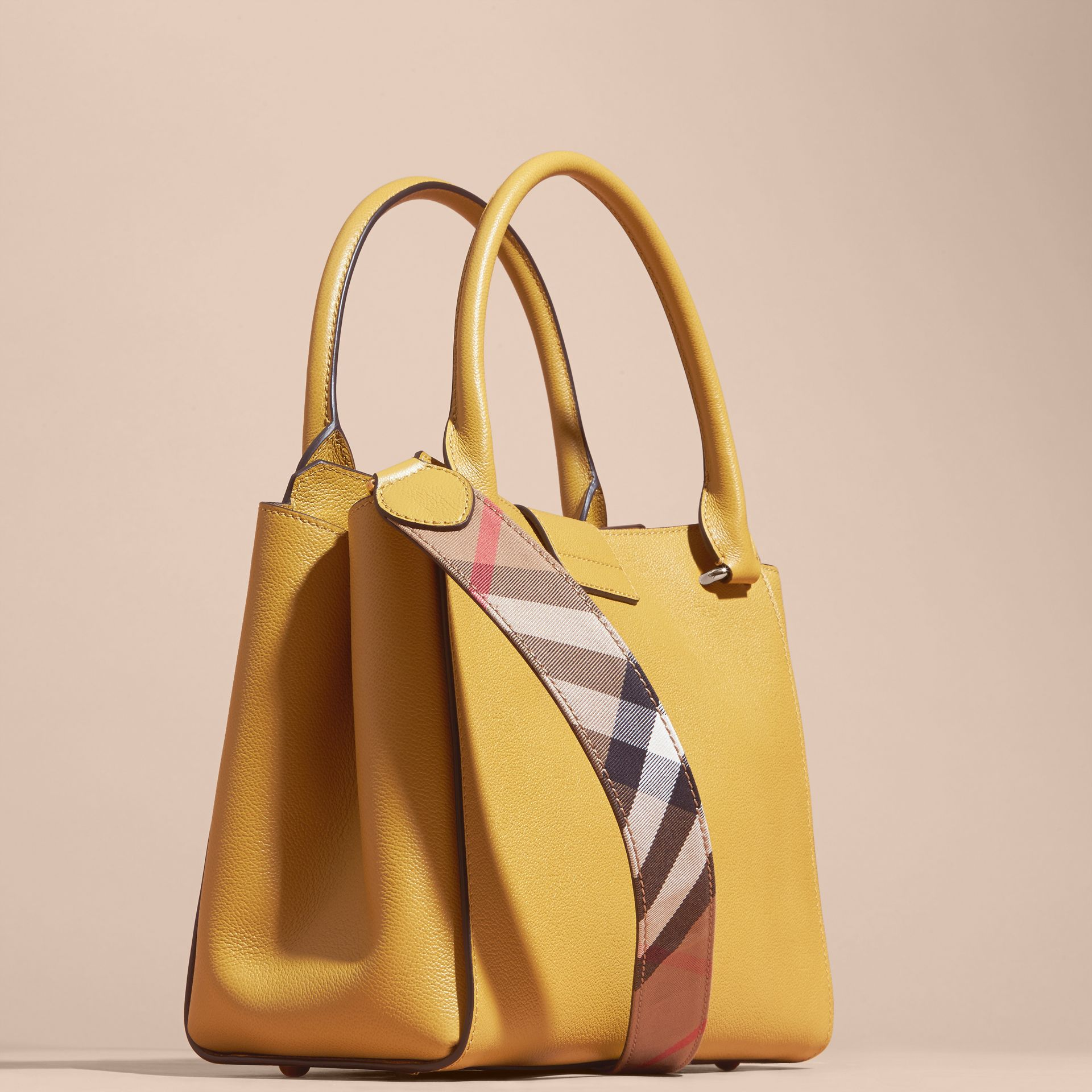 Quartz jaune Sac tote The Buckle medium en cuir grené Quartz Jaune - photo de la galerie 5