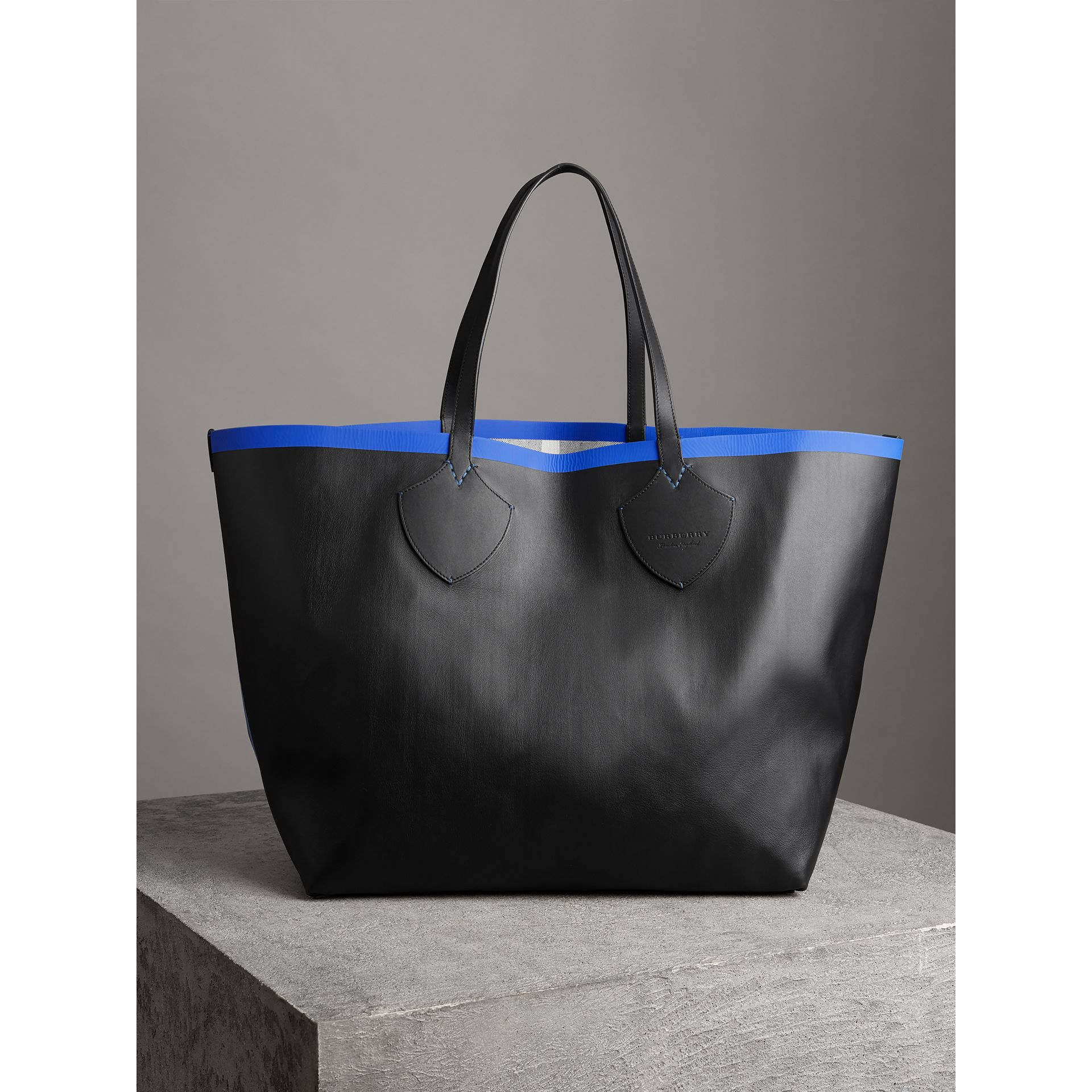 The Giant Reversible Tote in Canvas Check and Leather in Blueberry/black | Burberry - gallery image 3
