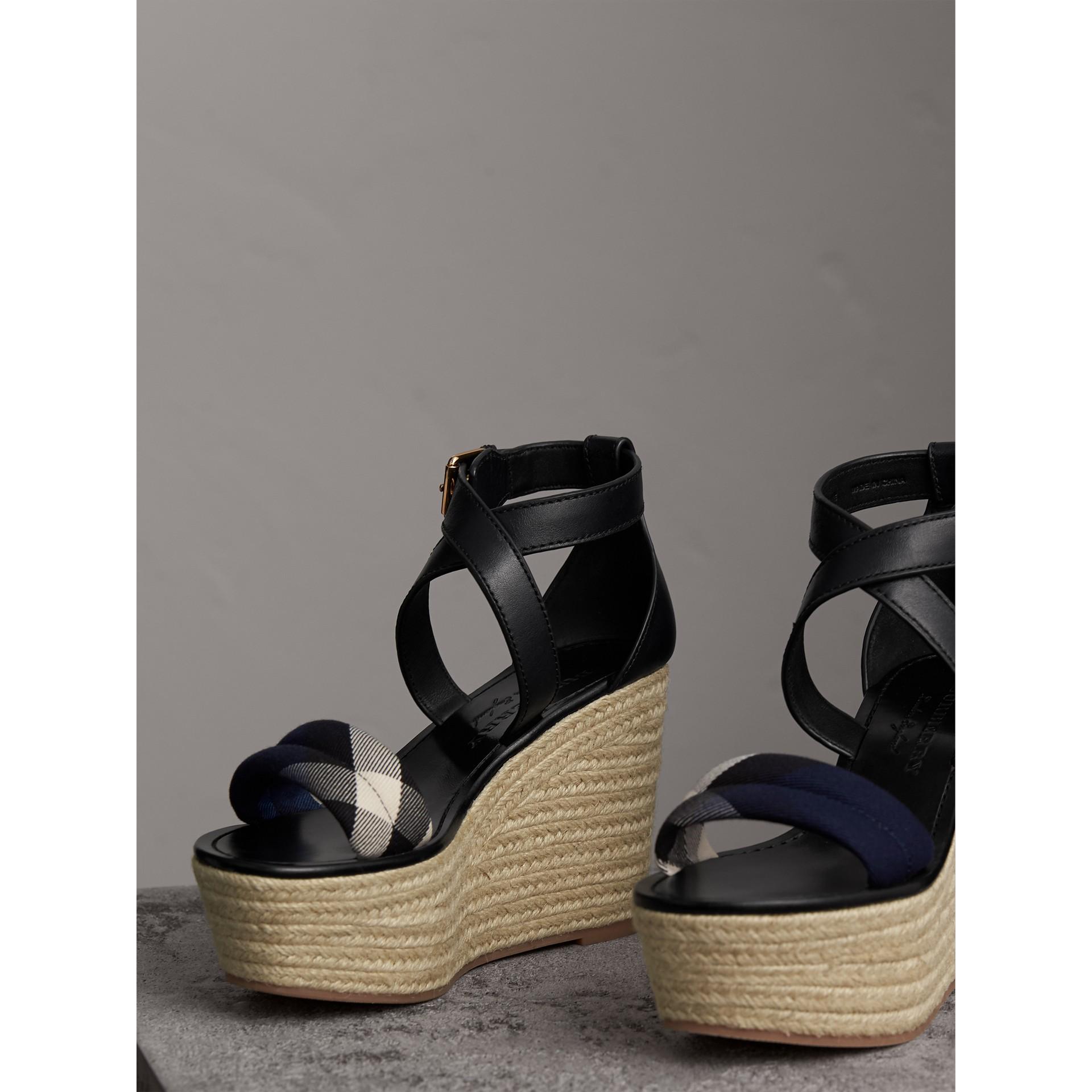 Sandales espadrilles compensées en cuir avec motif House check (Marine) - Femme | Burberry - photo de la galerie 5