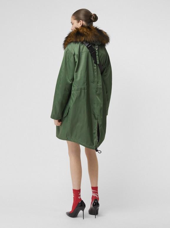 Parca com warmer removível e detalhe de pelo sintético (Verde Grama) - Mulheres | Burberry - cell image 1