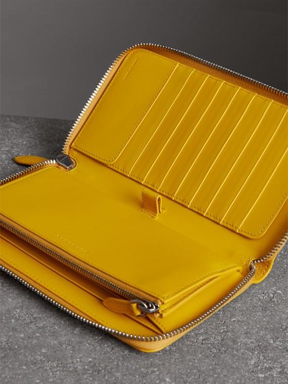 Бумажник из зернистой кожи с круговой застежкой-молнией (Ярко-желтая Охра) - Для мужчин | Burberry - cell image 3