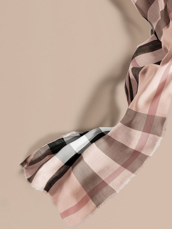 The Lightweight Cashmere Scarf in Check in Ash Rose
