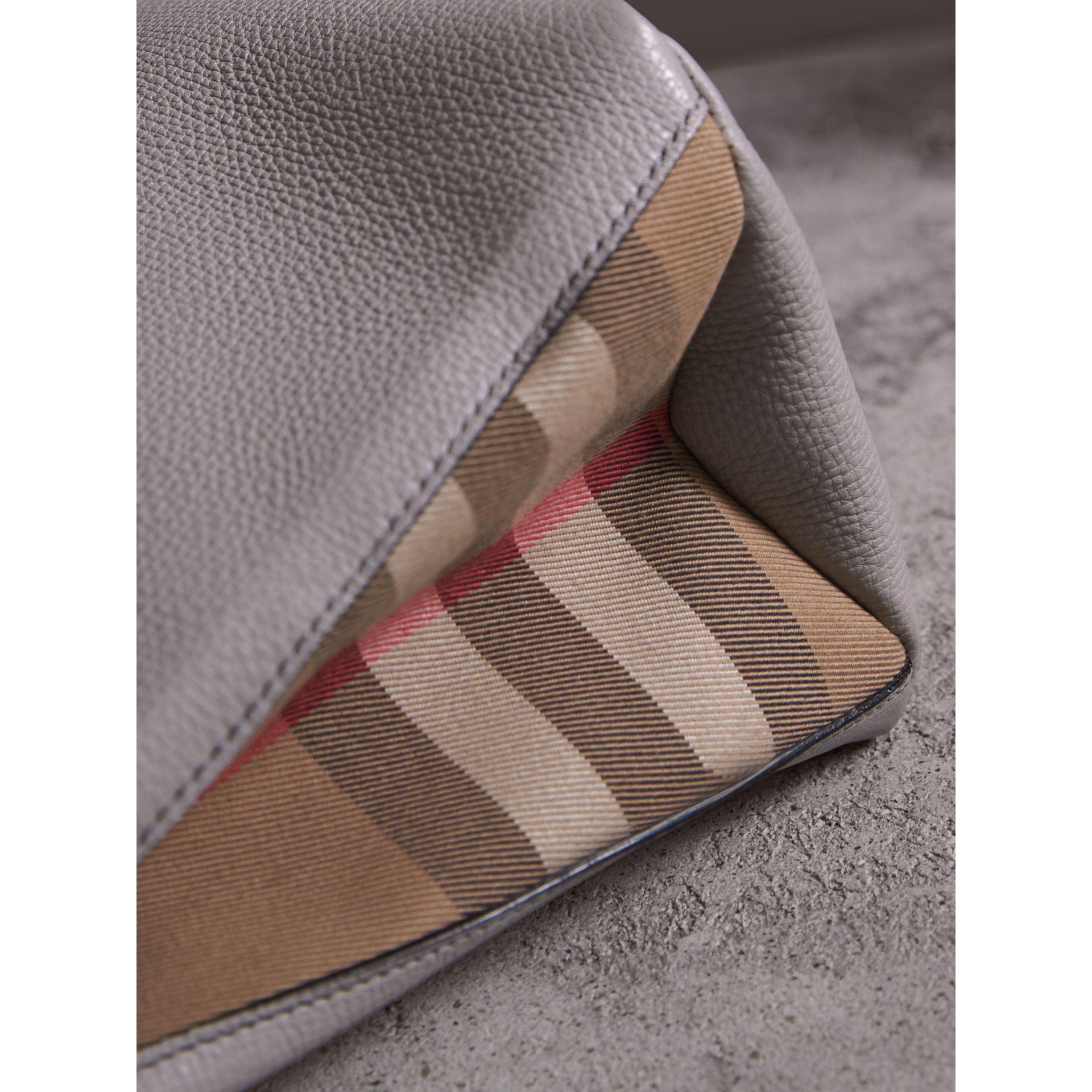 Sac The Banner medium en cuir et coton House check (Camaïeu De Gris Clairs) - Femme | Burberry - photo de la galerie 1