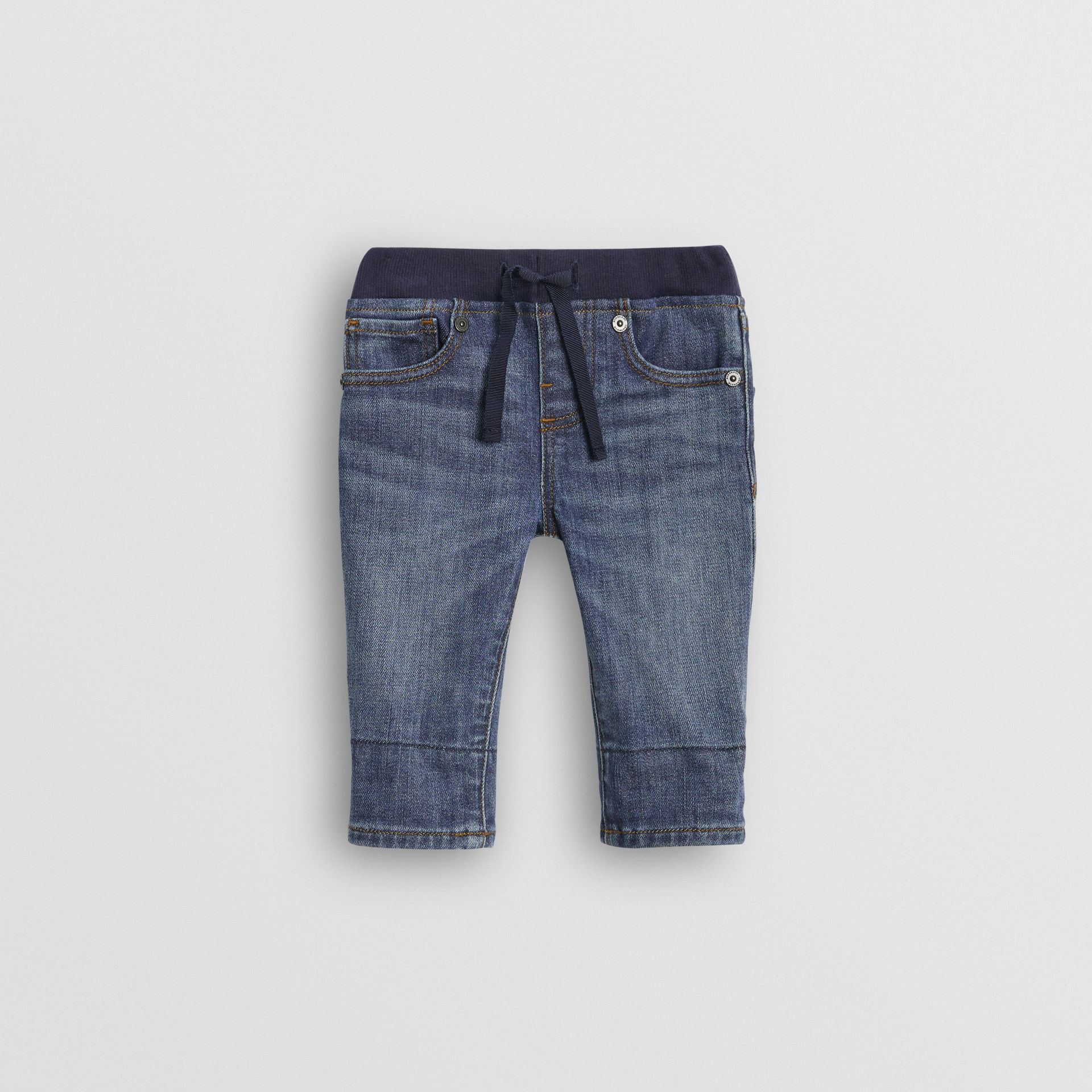 Jean casual en denim stretch (Indigo Moyen) - Enfant | Burberry - photo de la galerie 0